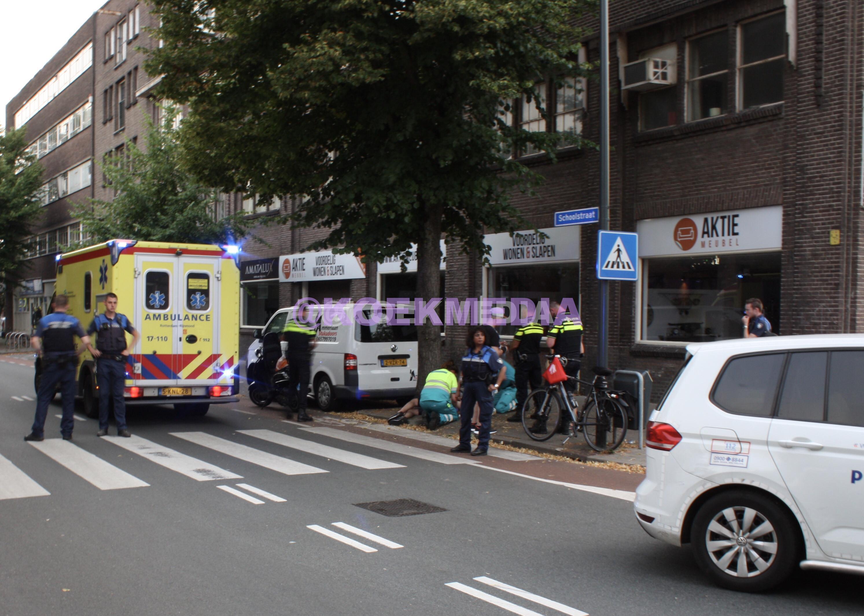 Scooterrijder onderuit op de Schoolstraat Schiedam.