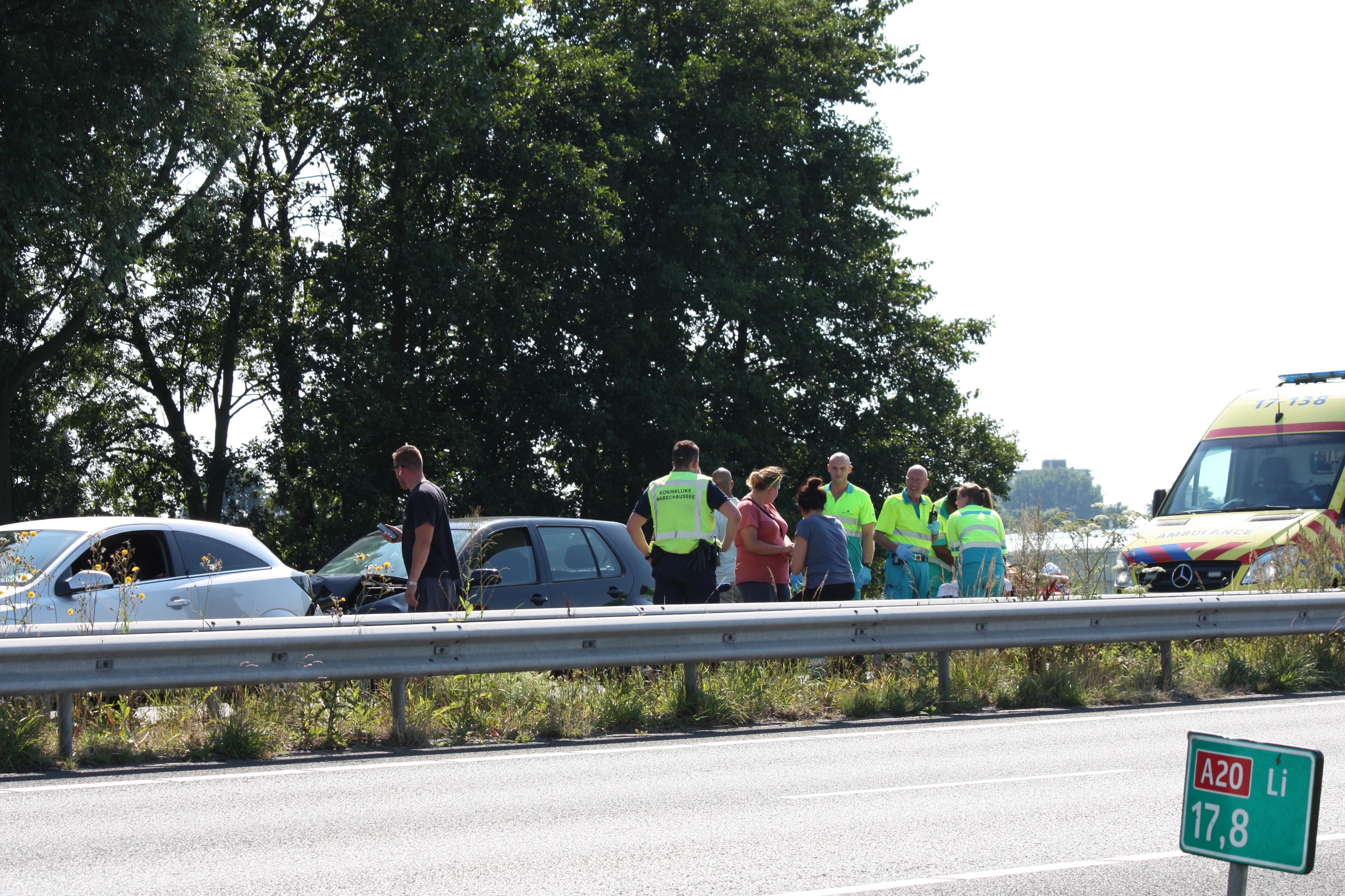 3 auto's botsen  op de A20 Maasland richting Vlaardingen.