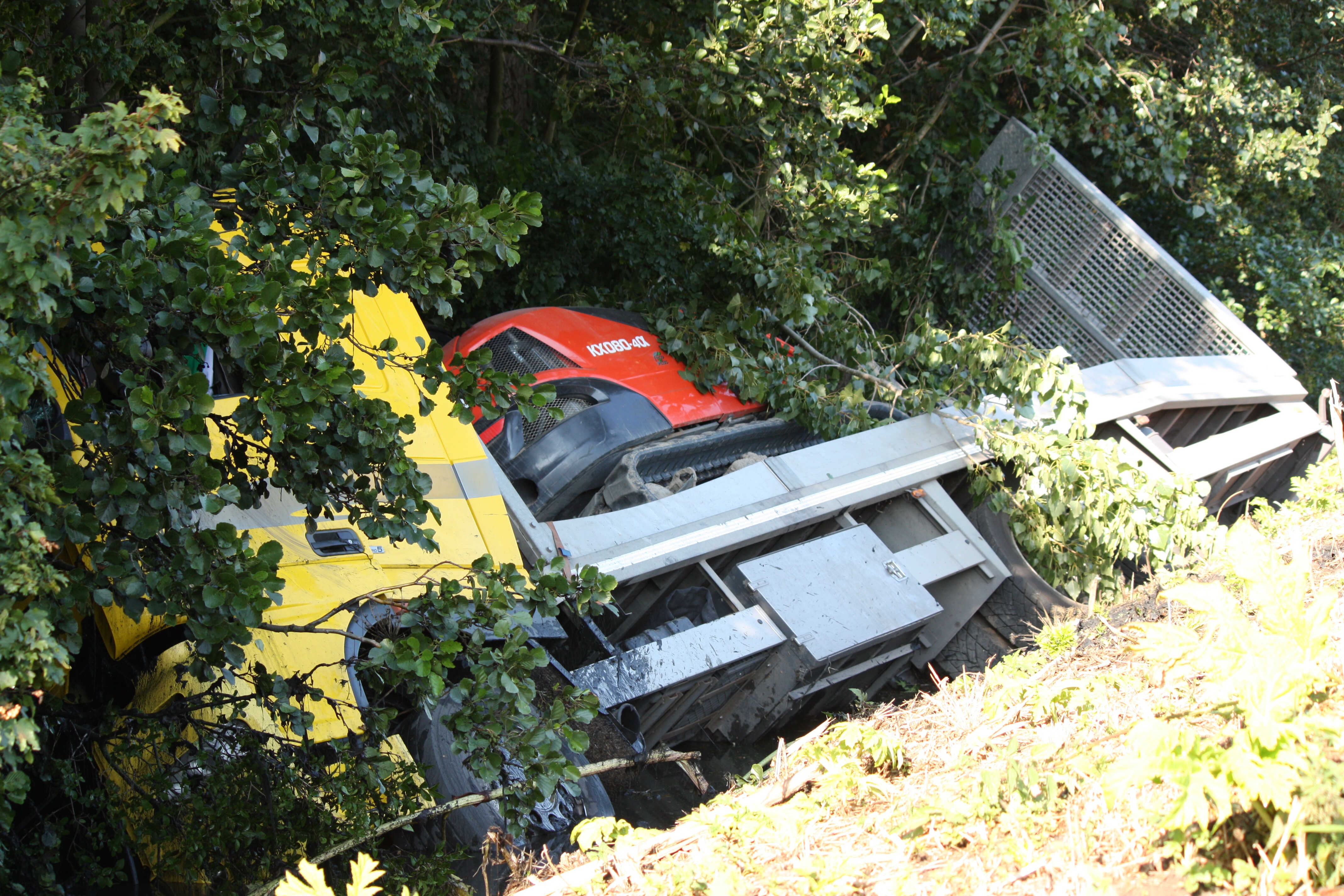 Vrachtwagen de sloot in op de A20 Vlaardingen.