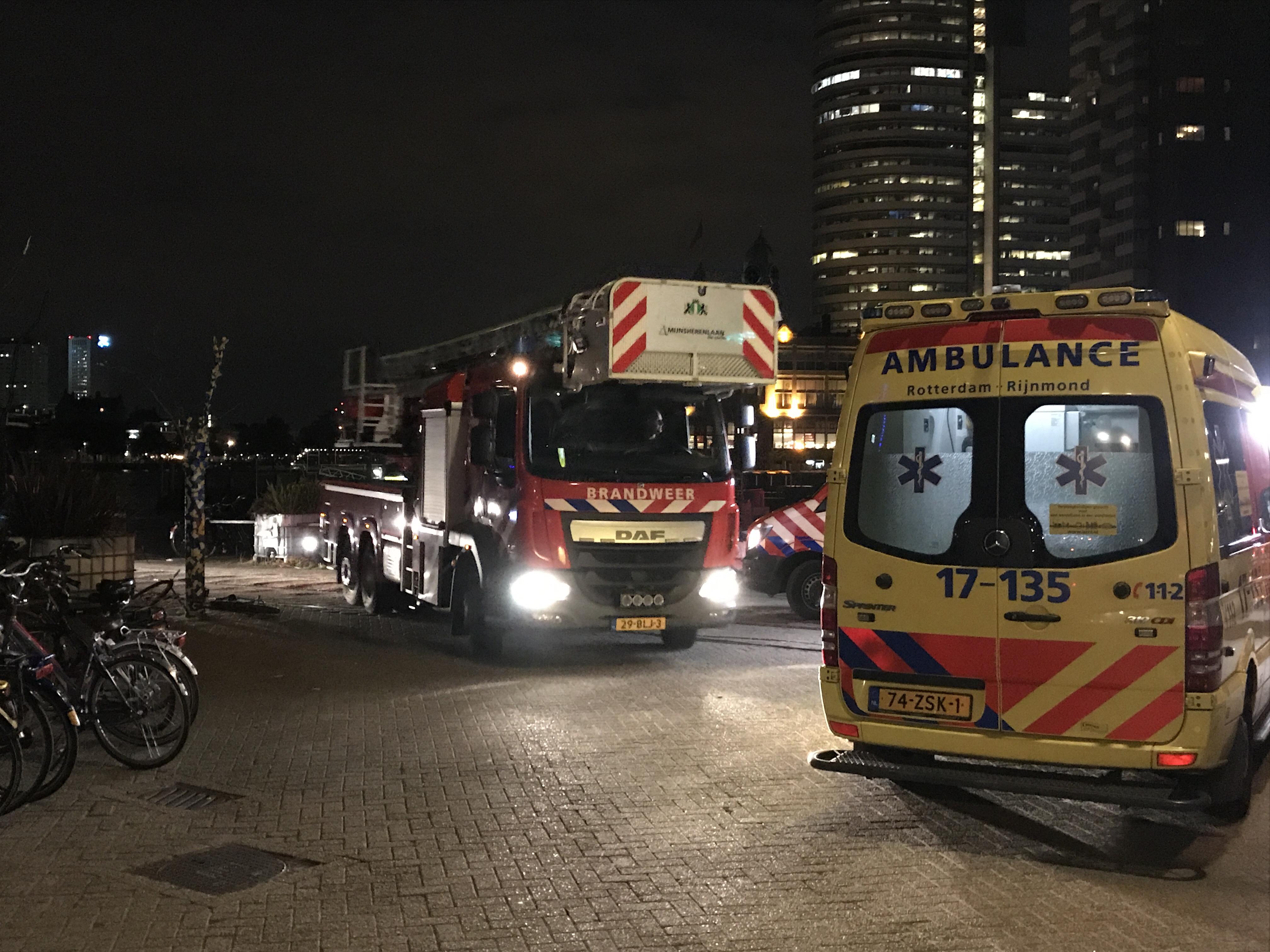 Persoon te water Fenix loodsen Rijnhaven.