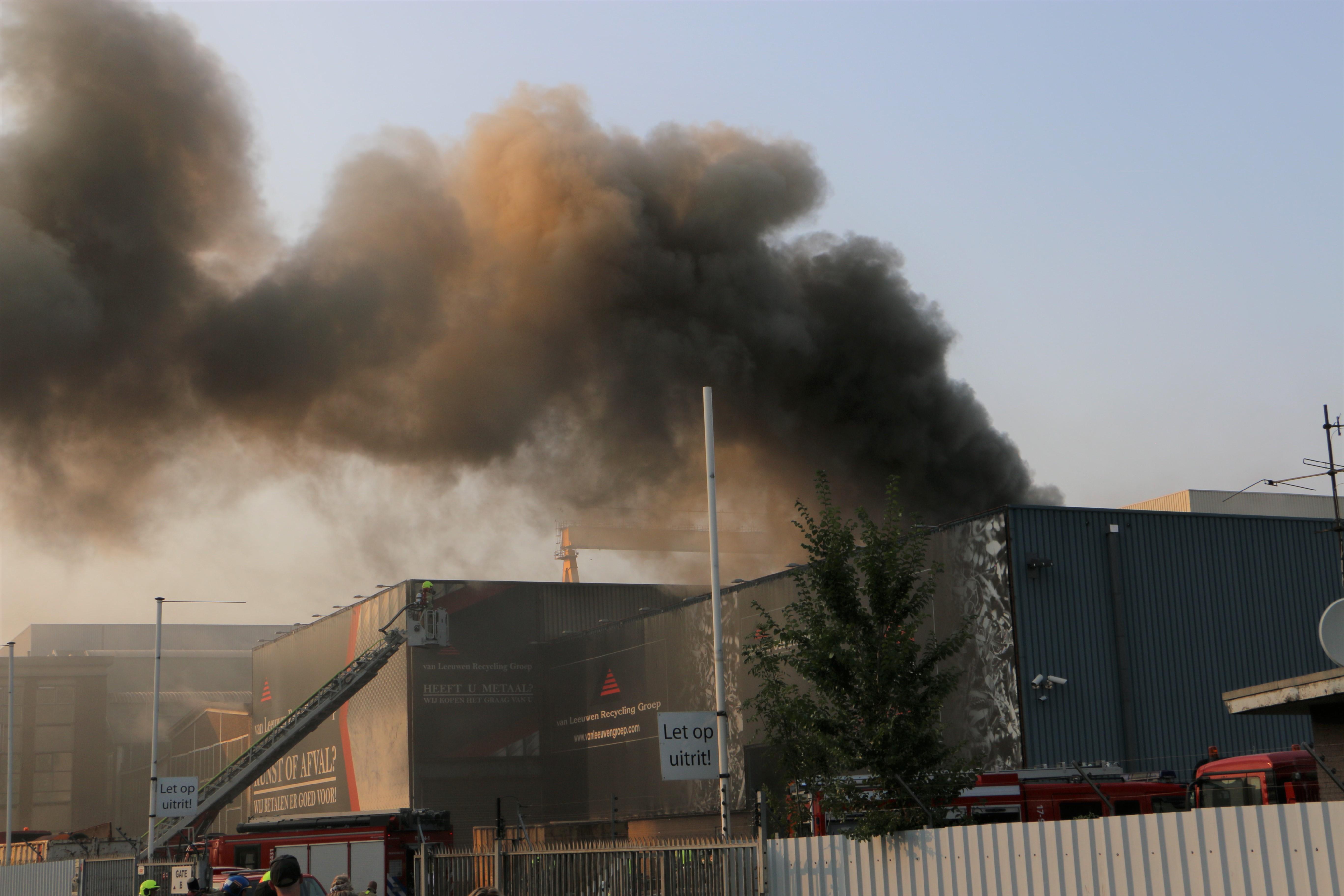Grote brand bij  recyclingsbedrijf Doklaan Rotterdam.