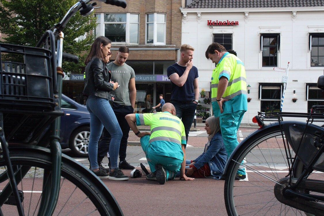 Scooterrijdster valt op de Koemarkt Schiedam.