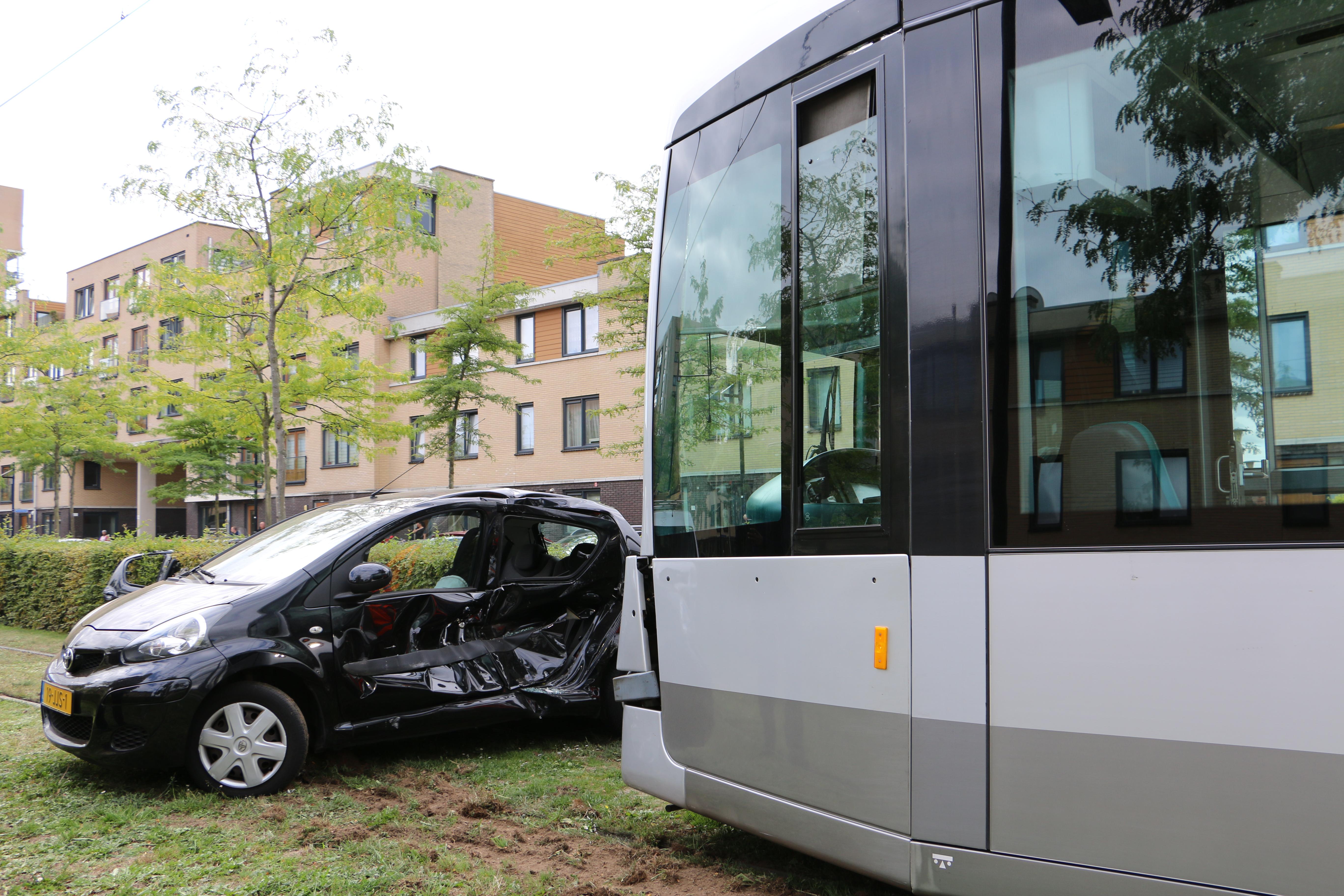 Auto tegen tram, bestuurder raakt bekneld.