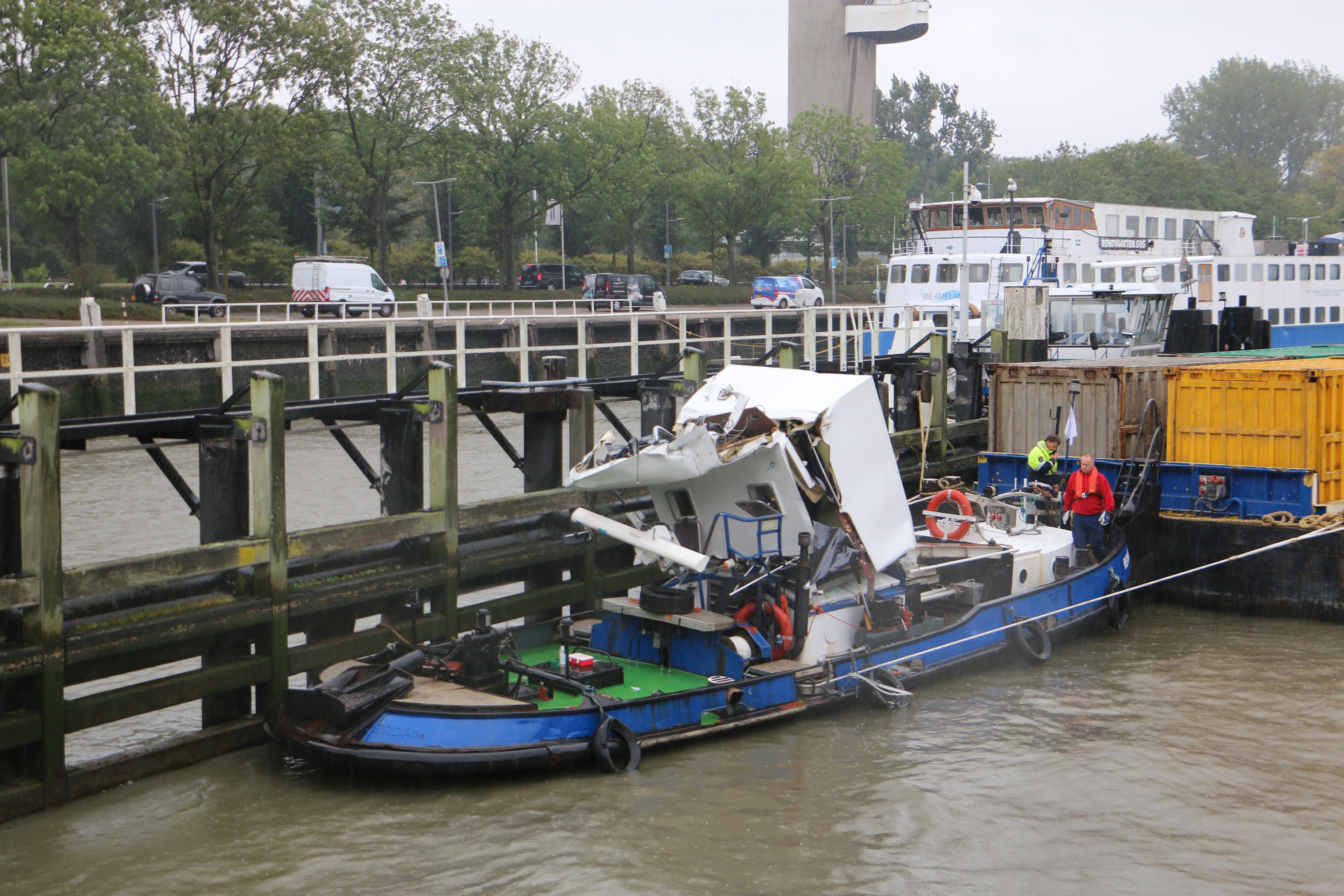Schip vaart tegen brug Parksluizen Rotterdam.