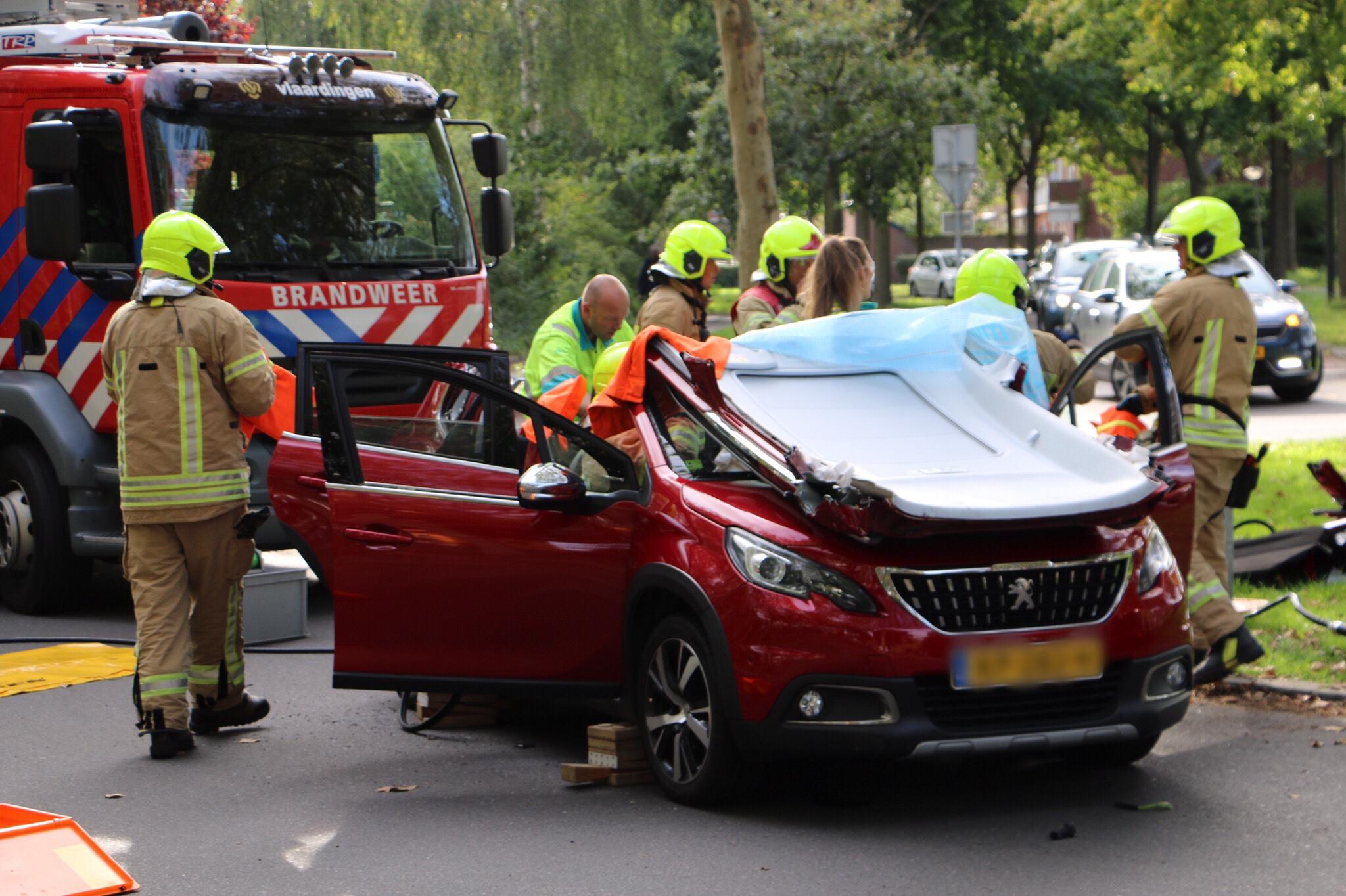 Brandweer knipt dak van auto open na ongeval.