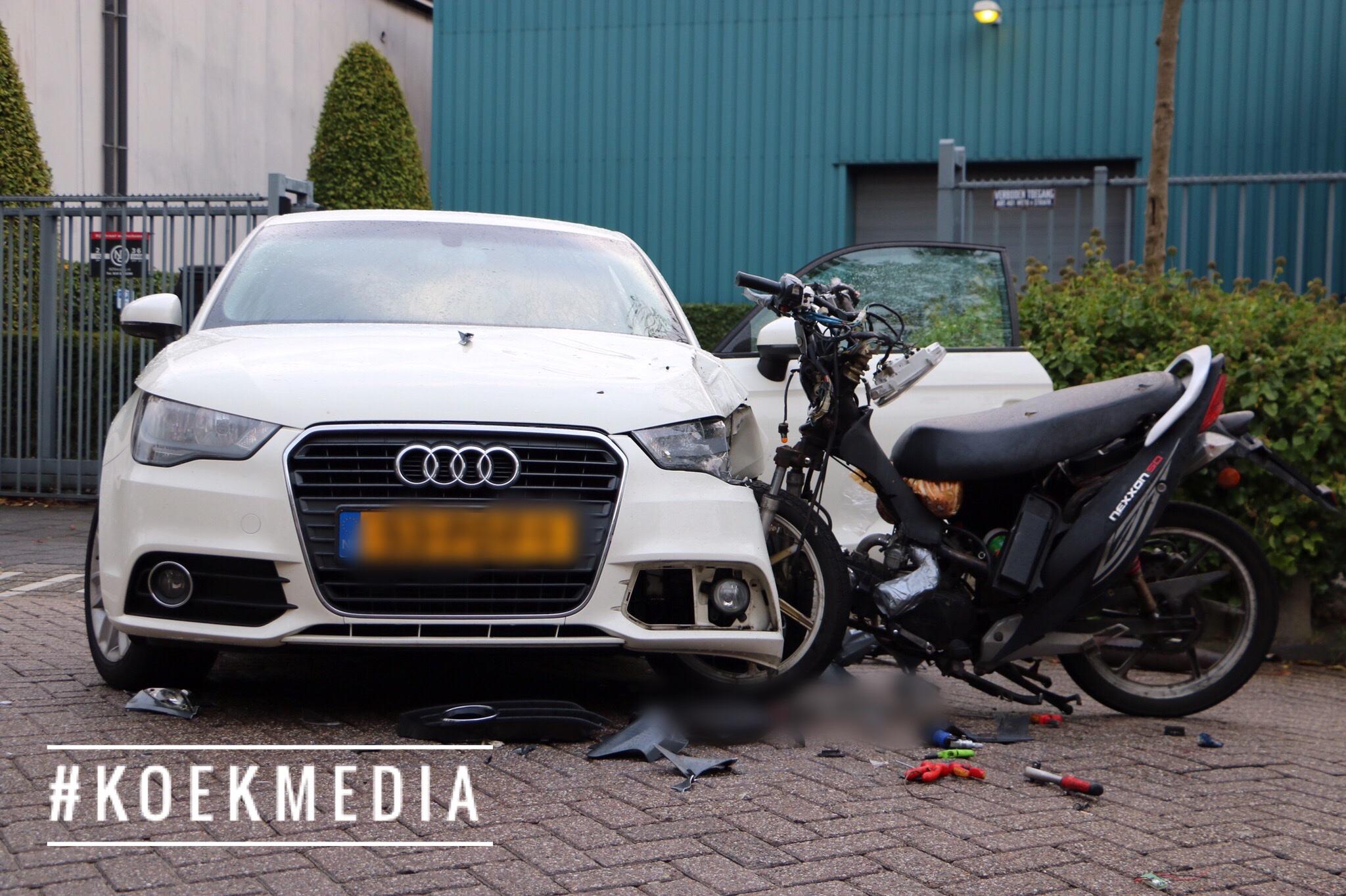 Maassluis: Scooter boort zich in auto.
