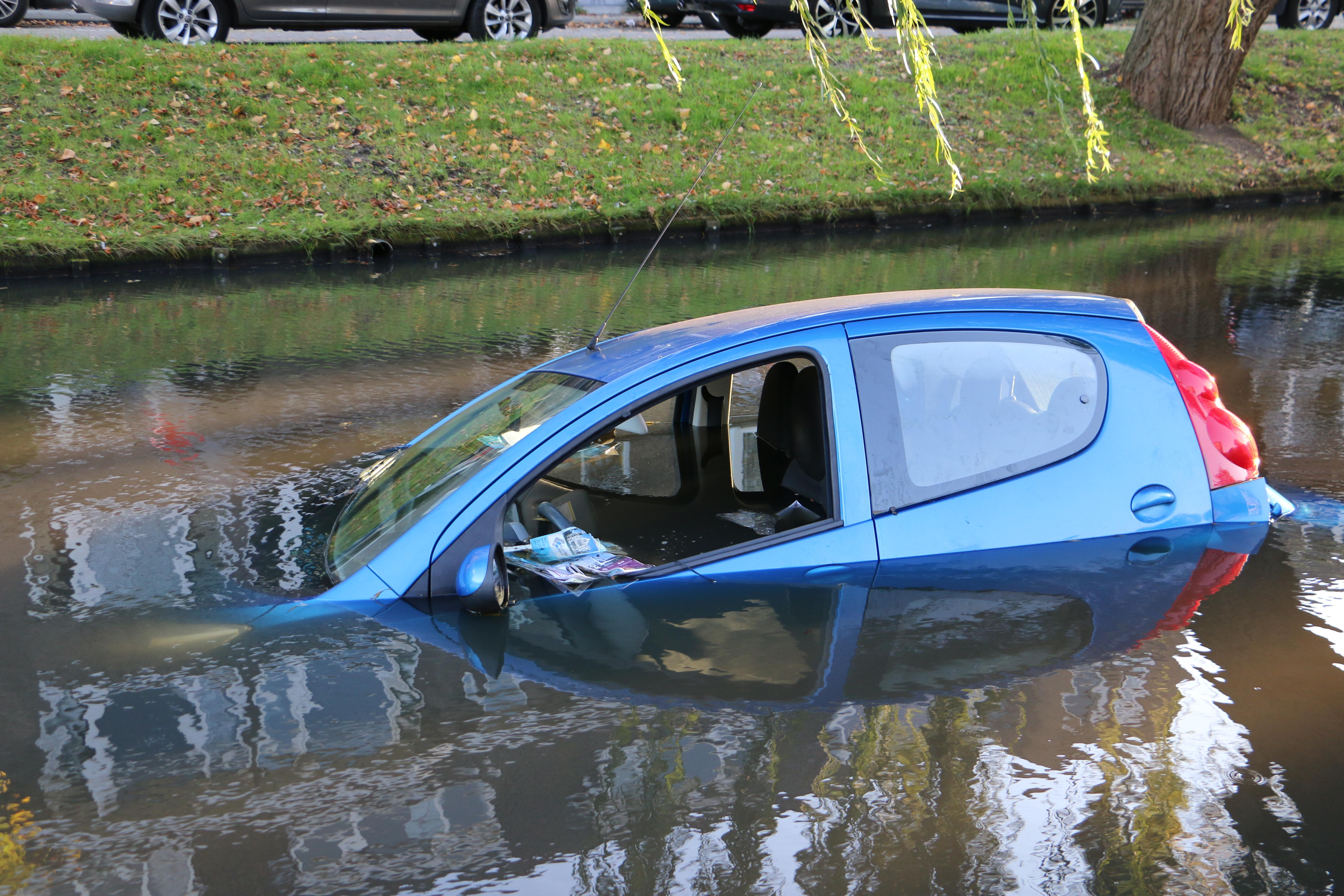 Bejaarde automobiliste rijdt de sloot in.