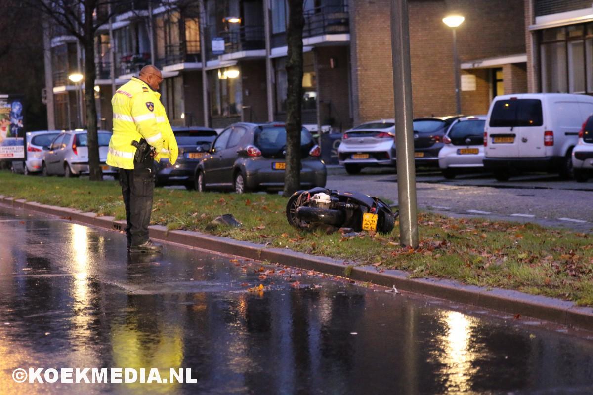 Scooterrijder negeert stopteken politie en gaat onderuit.
