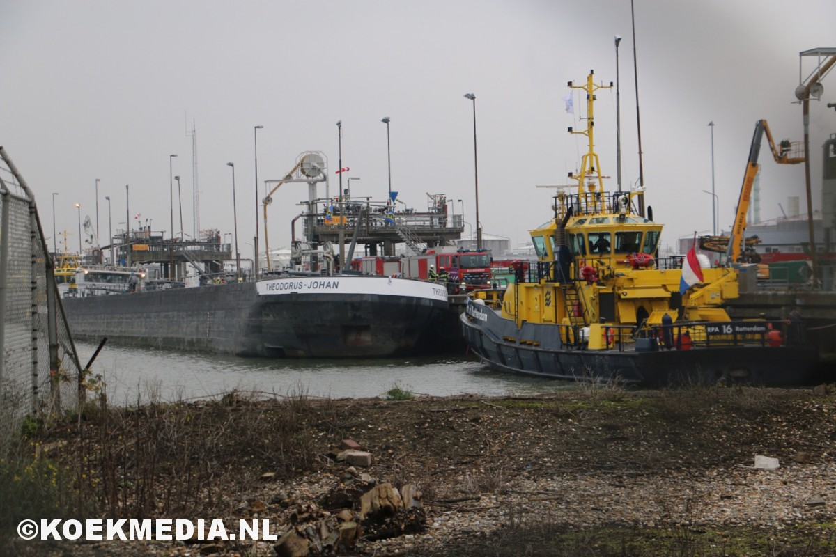 Binnenvaartschip dreigt te kapseizen.