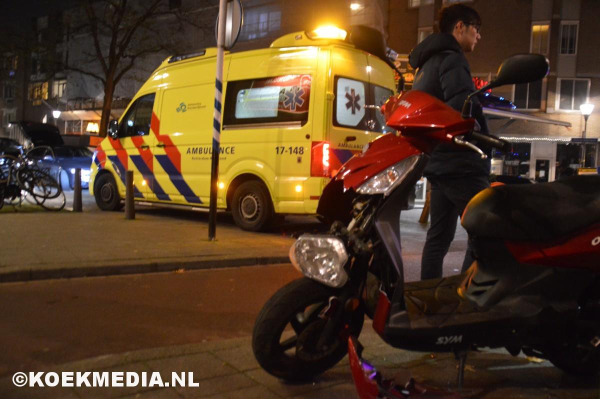 Scooter botst tegen auto.