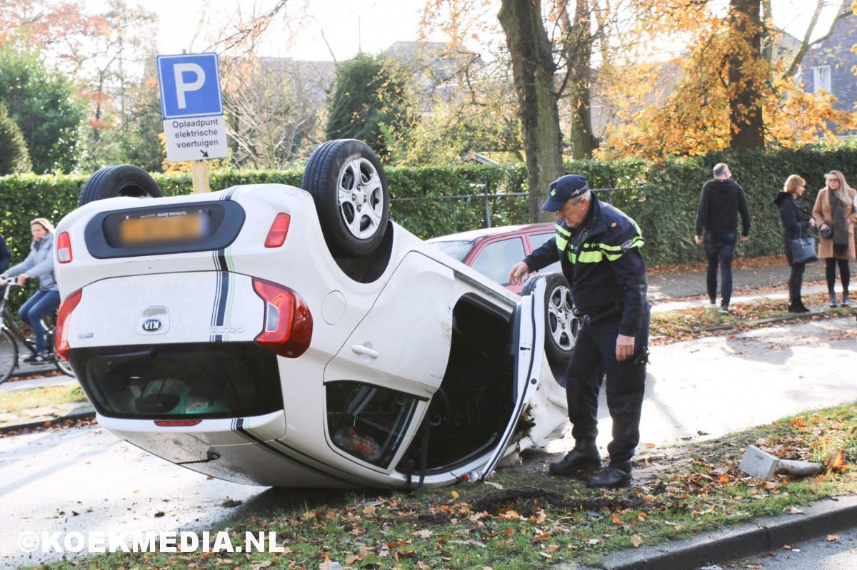 Auto op zijn kop: bestuurder aangehouden.