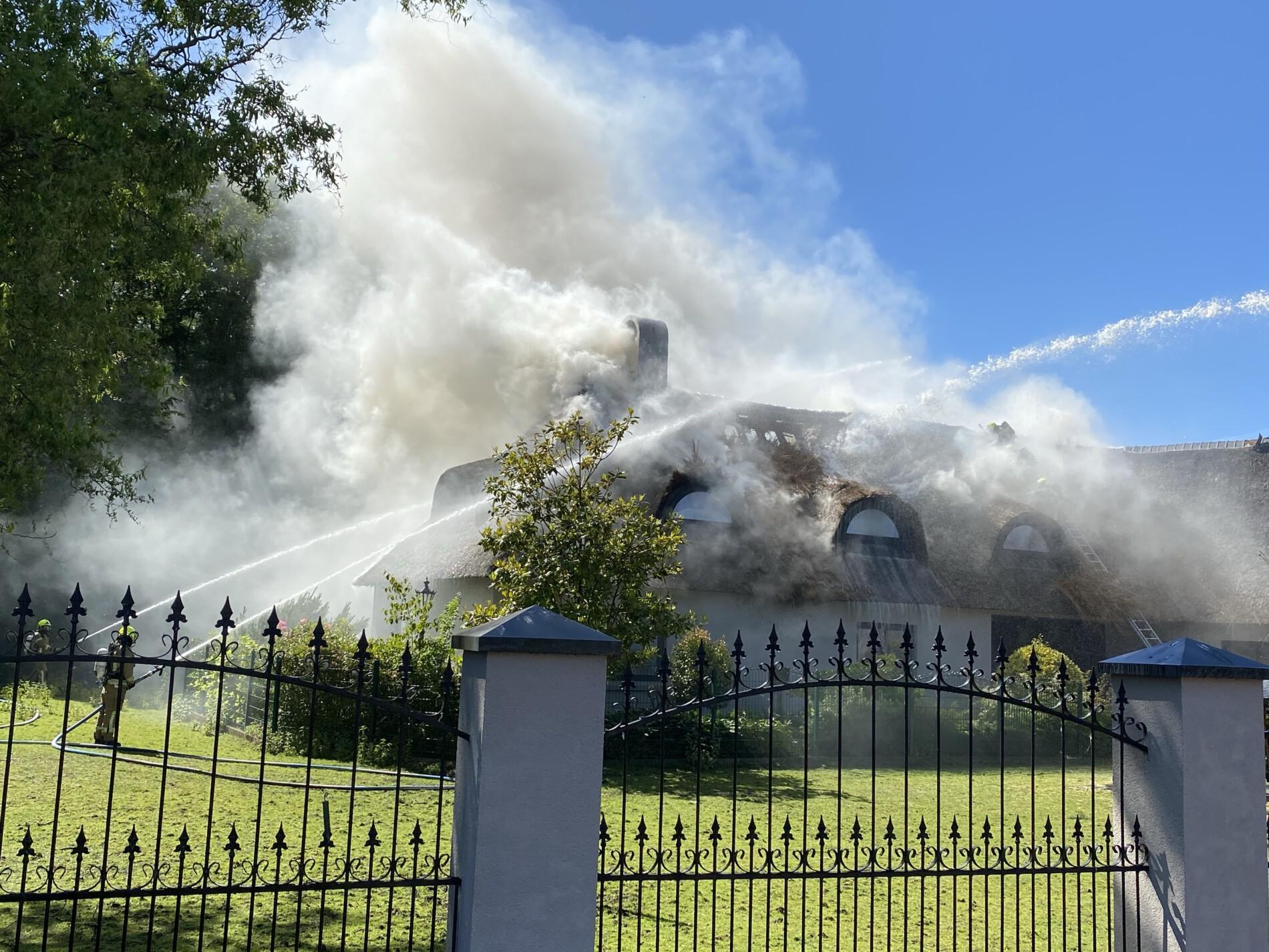 Zeer grote brand in villa met rietendak.