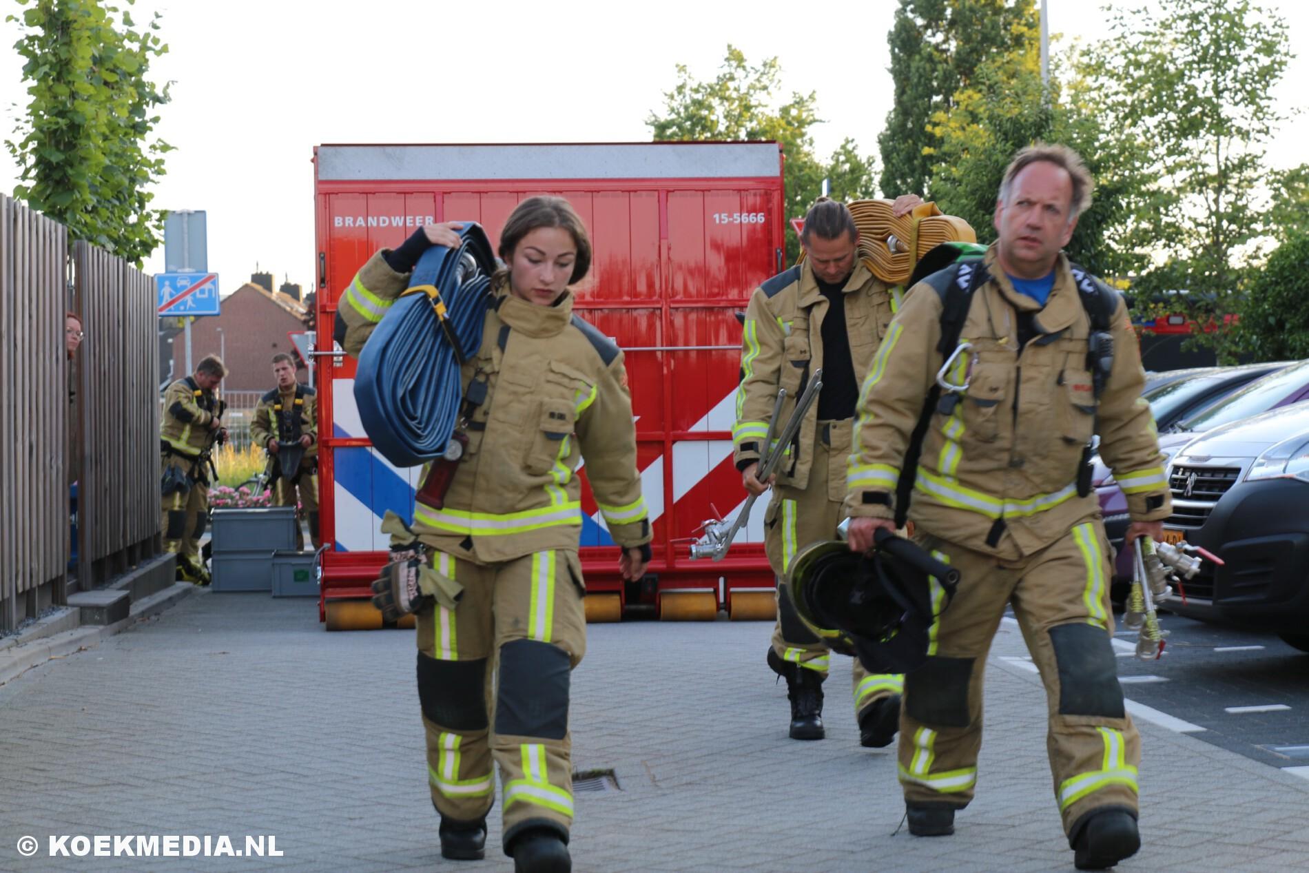 Uitslaande brand op dakterras slaat over naar een woning op de Eikenhof in De Lier.