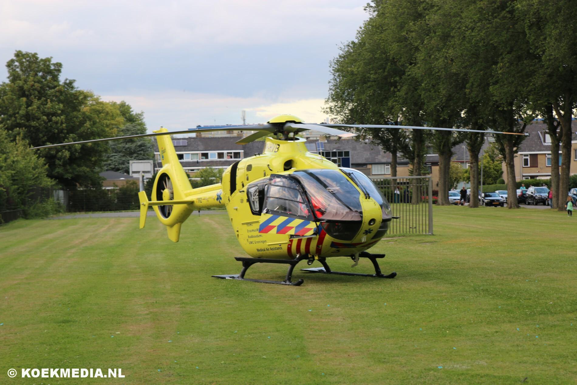 Traumahelikopter assisteert bij medische hulpverlening in Maassluis.