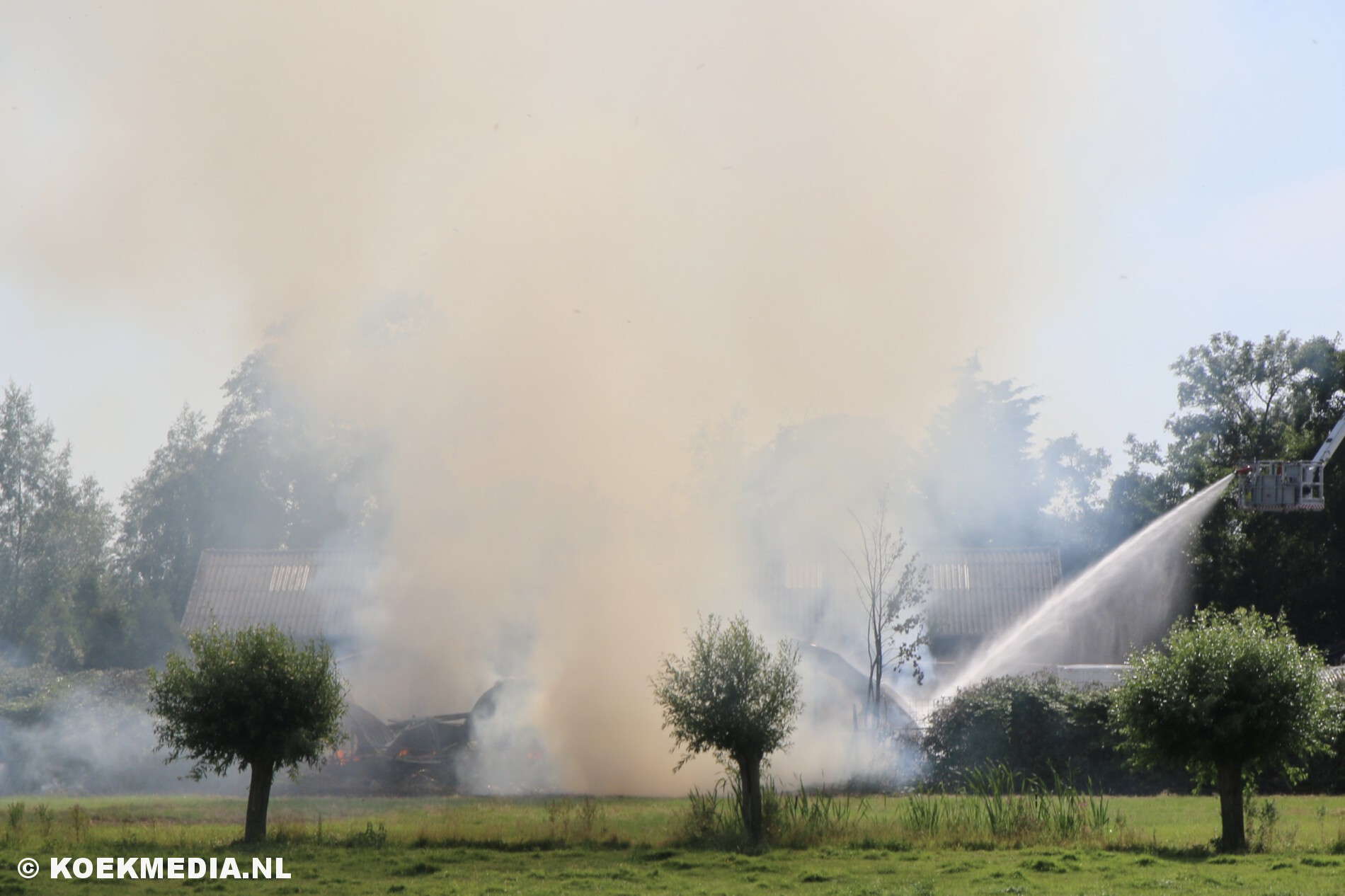 Loodsen in brand op de Willemsoordweg in Schipluiden