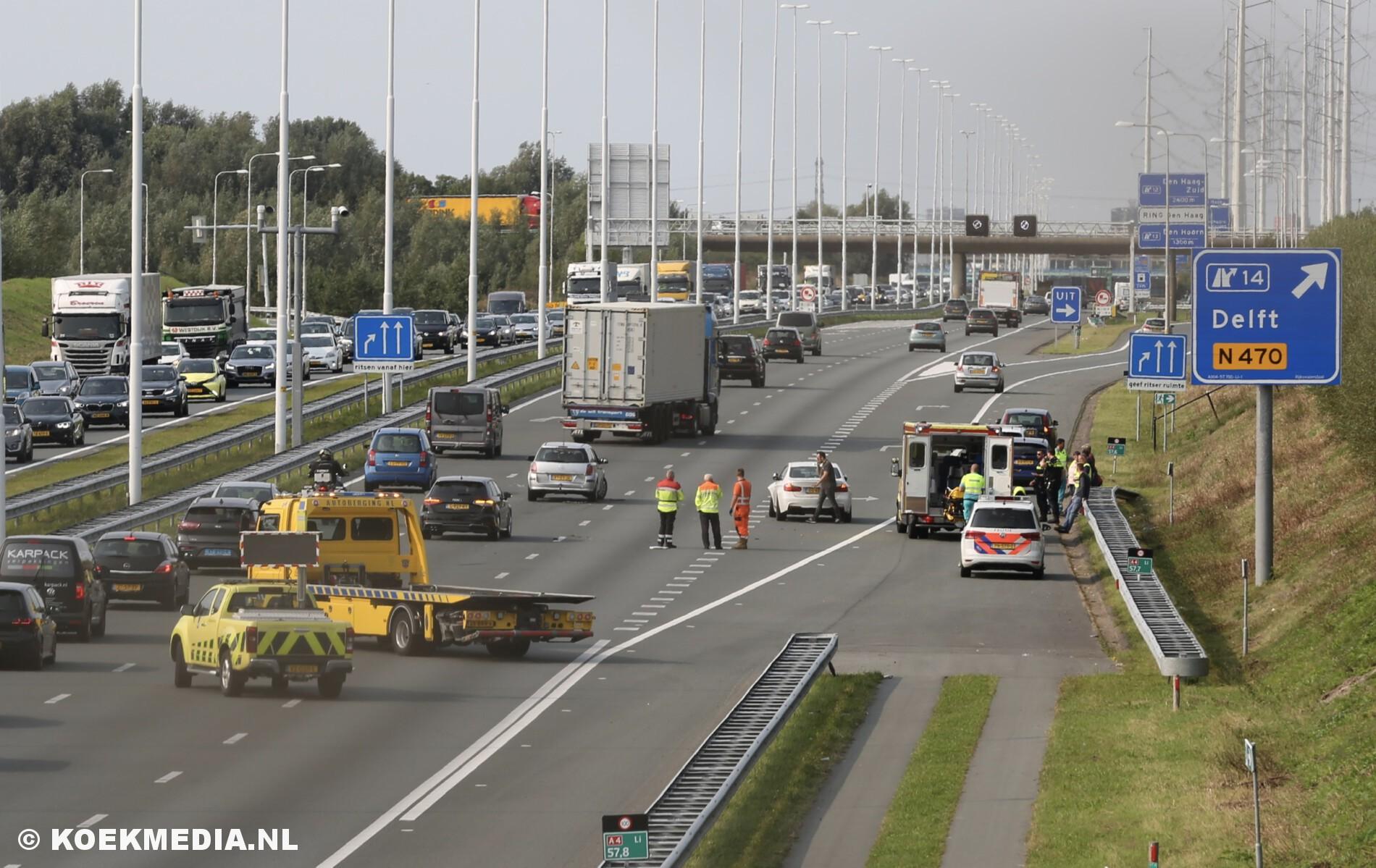 Gewonde bij ongeval met meerdere voertuigen op de A4 afslag Delft