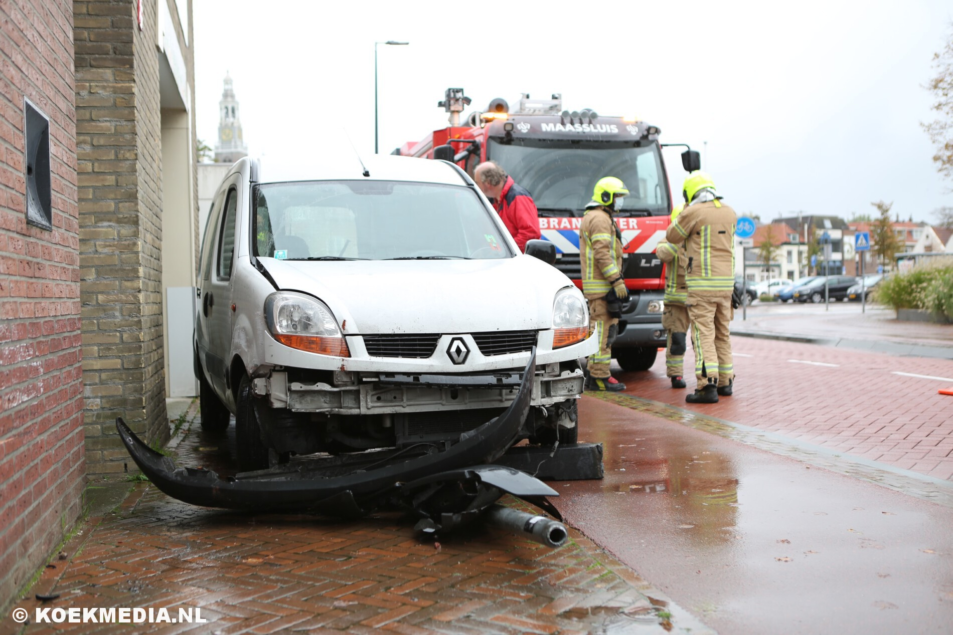 Auto botst op paal in Maassluis