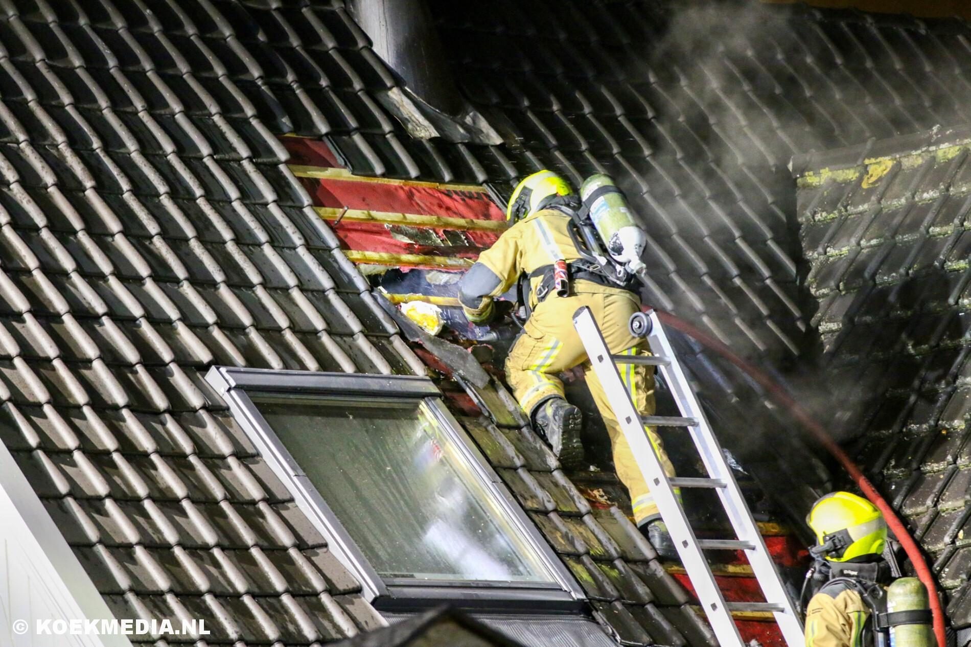 Brand in het dak van een vrijstaande woning op de Woudseweg in Den Hoorn