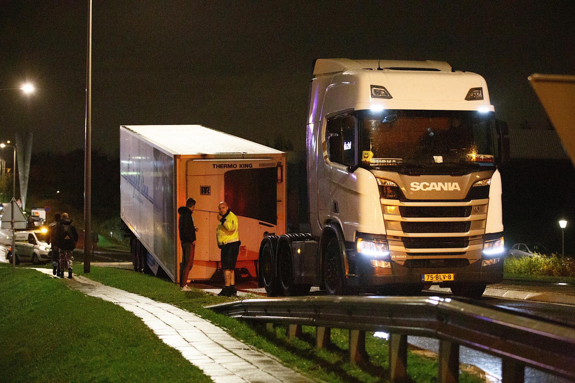 Vrachtwagen verliest trailer volgeladen met graphfruits