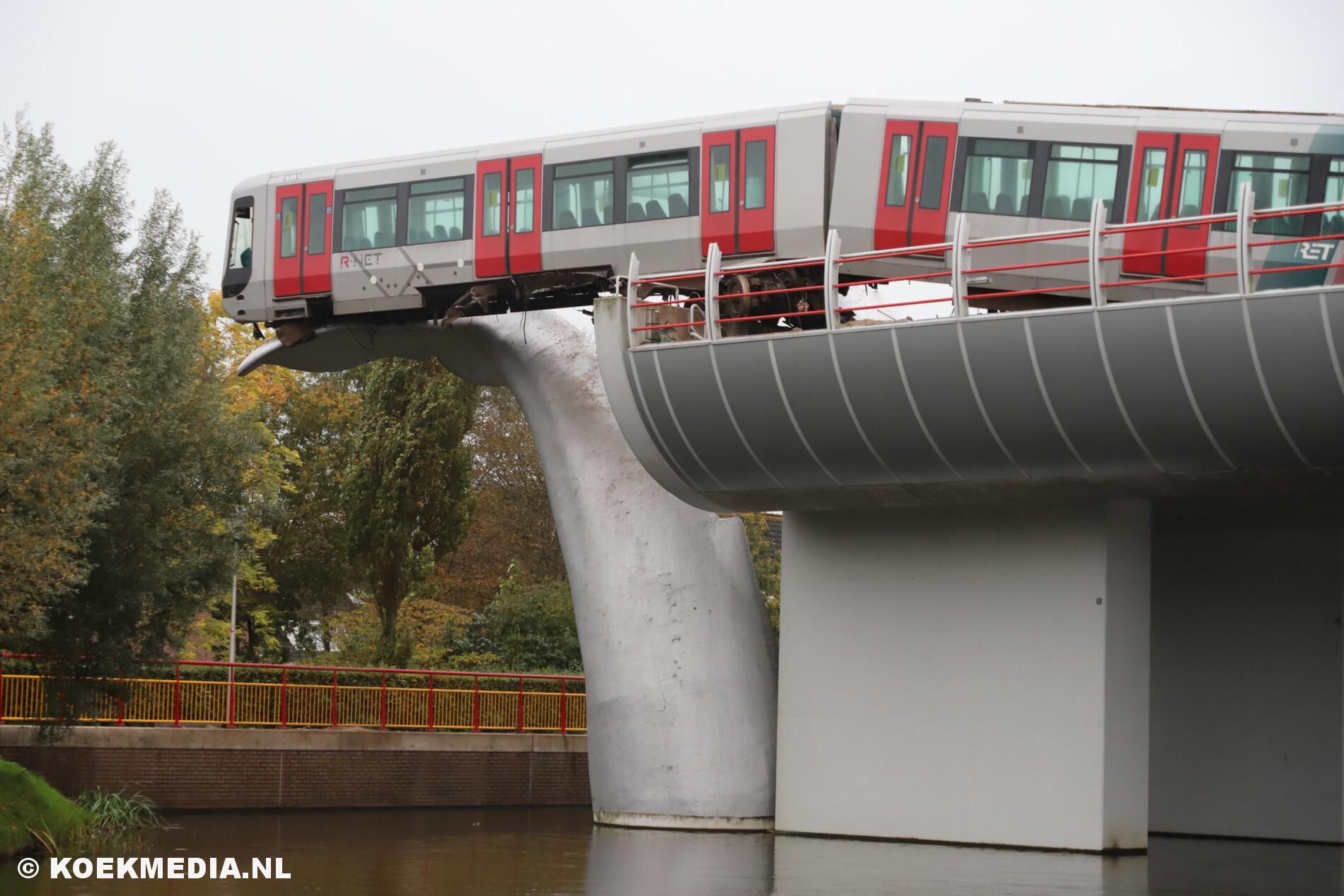 Metro schiet door stootblok en belandt op Walvisstaart kunstwerk