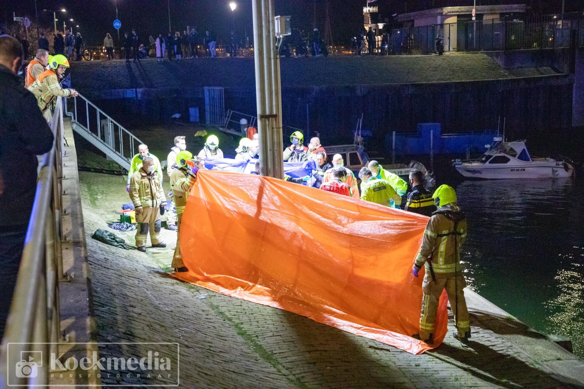 Man overleden na val in de haven van Maassluis