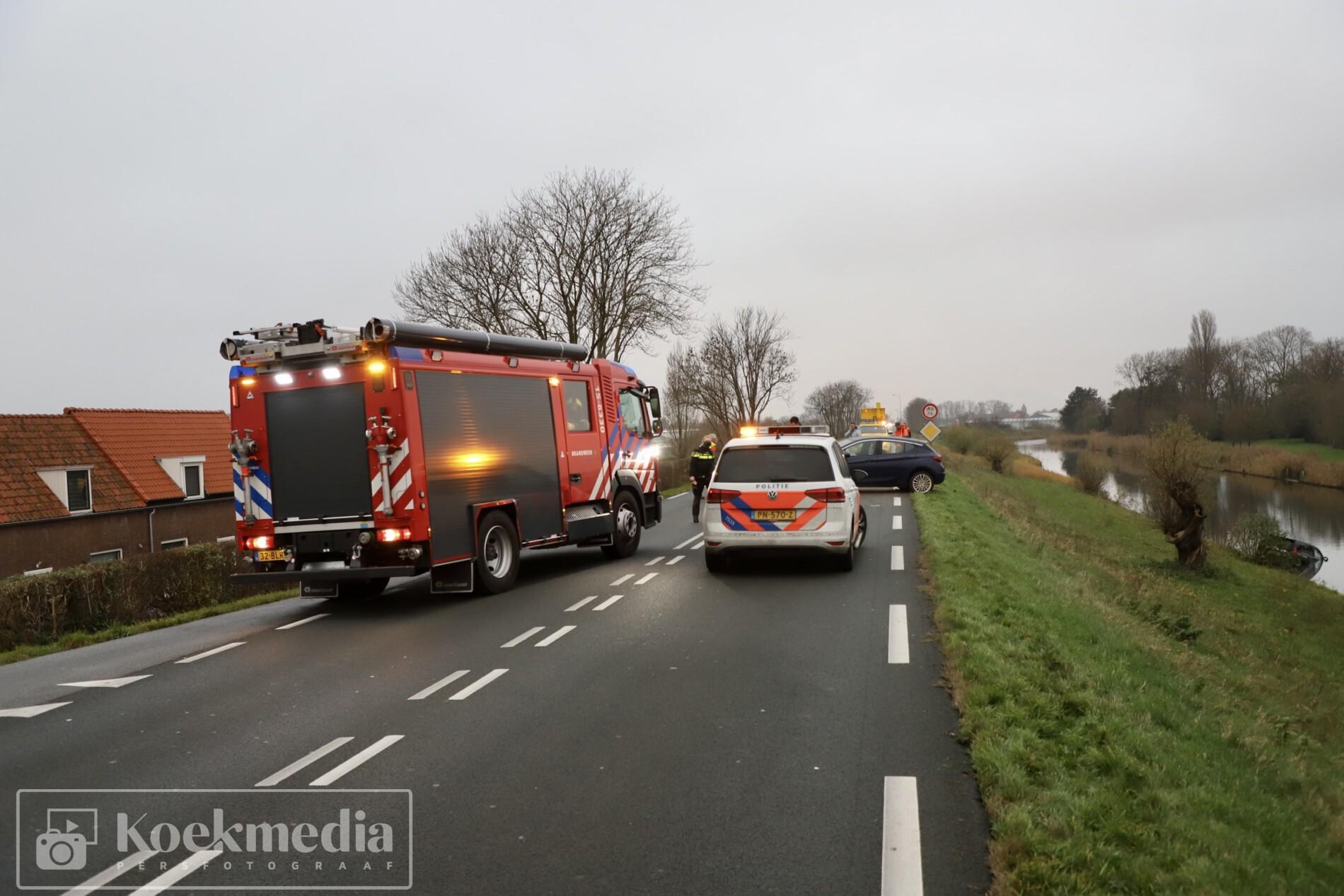 Auto te water na aanrijding op de N220 Maasdijk