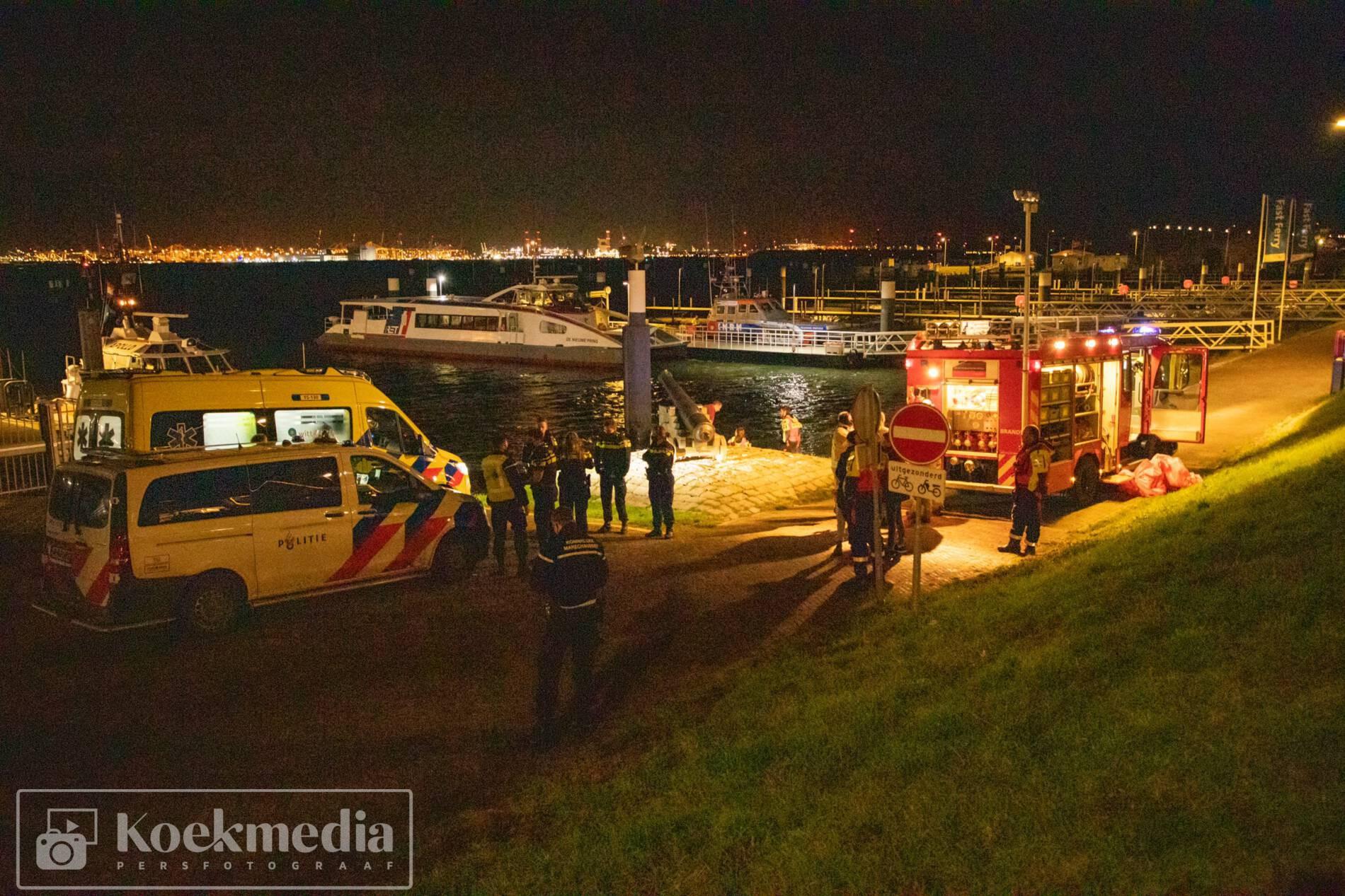 Hulpdiensten redden vrouw uit koude water Berghaven in Hoek van Holland