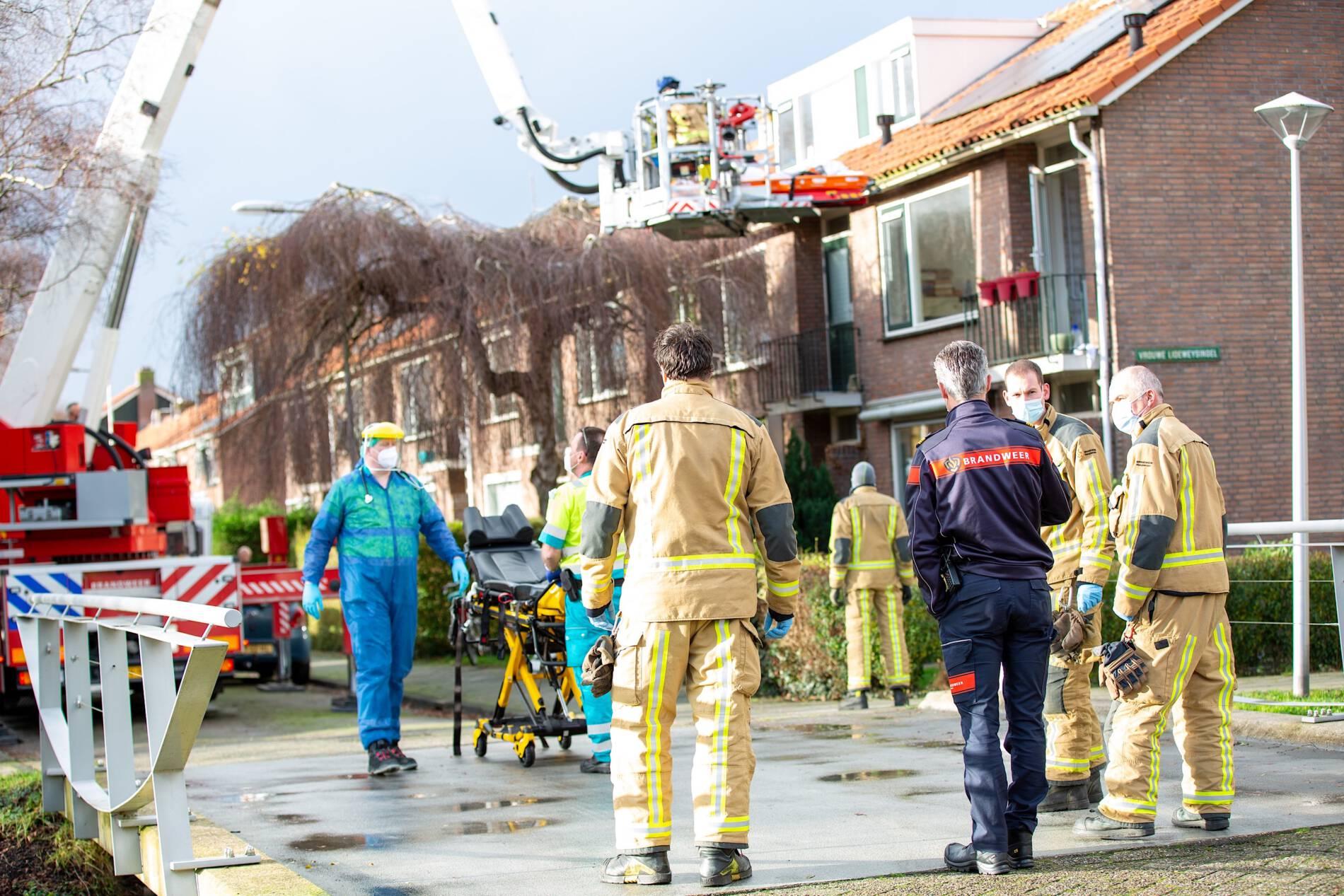 Brandweer assisteert bij afhijsing patiënt aan Oranje-Nassaustraat Maasland