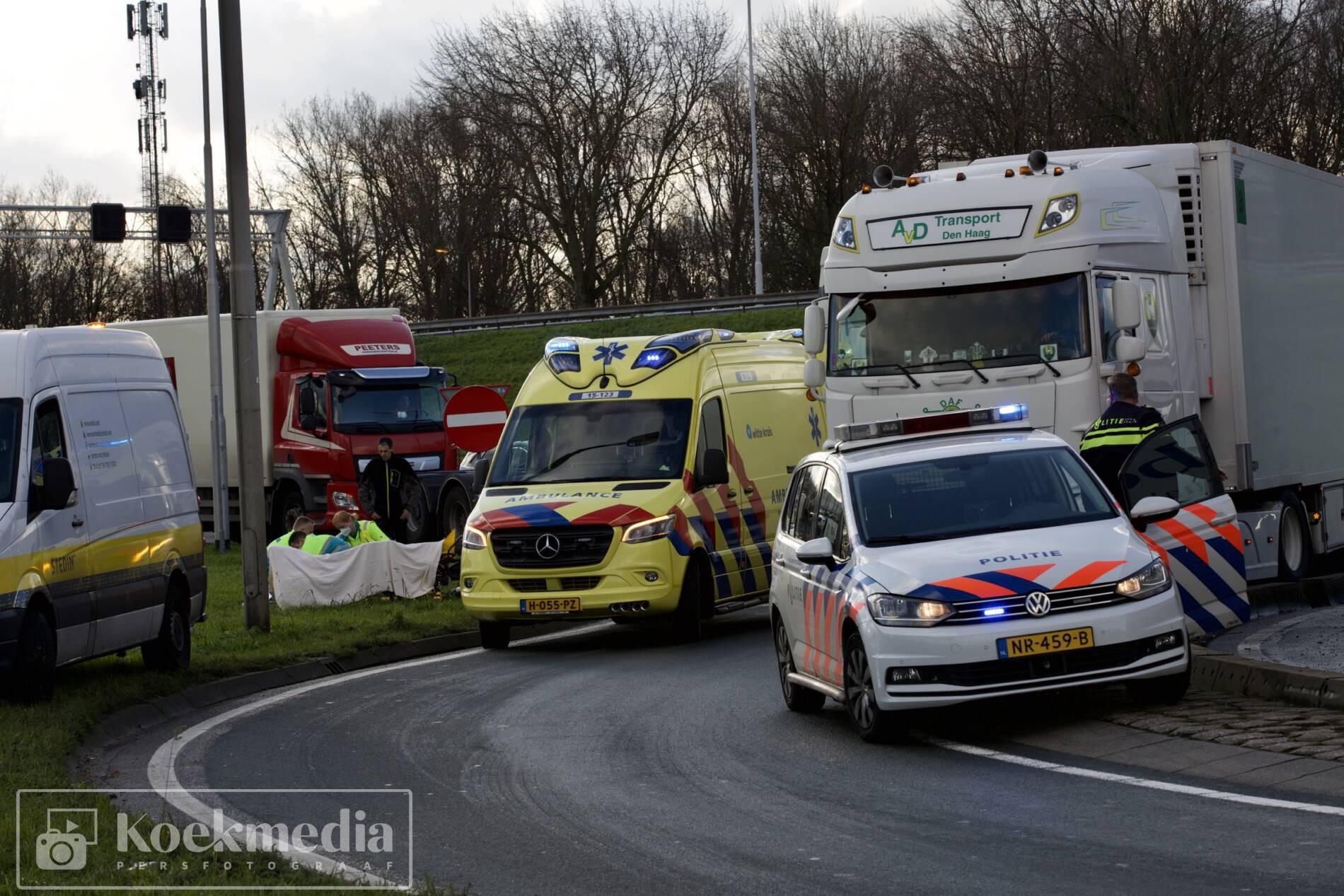 Vrachtwagen schept bromfietser op rotonde  afrit A20 Maasdijk