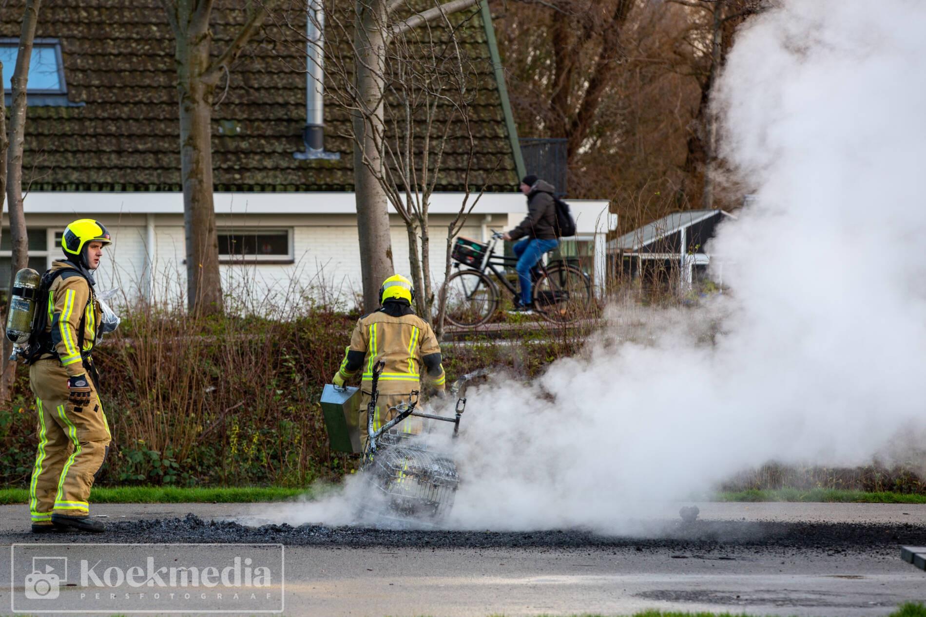 Winkelwagen met afval in brand- De Lier