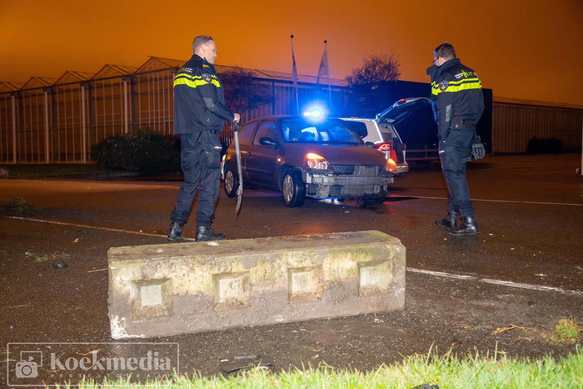 Auto botst tegen betonblok