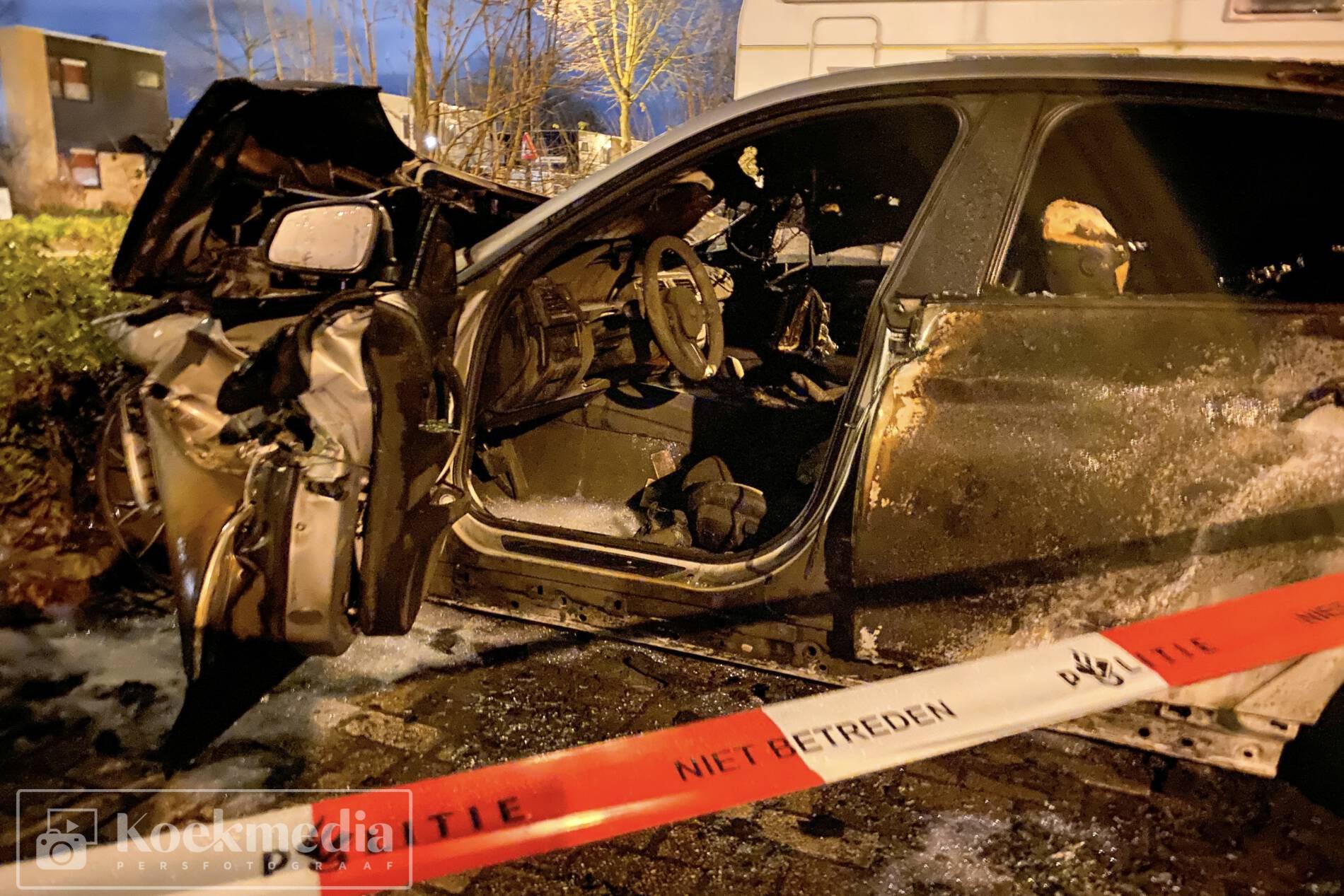 Twee auto's volledig uitgebrand Olmendreef Vlaardingen