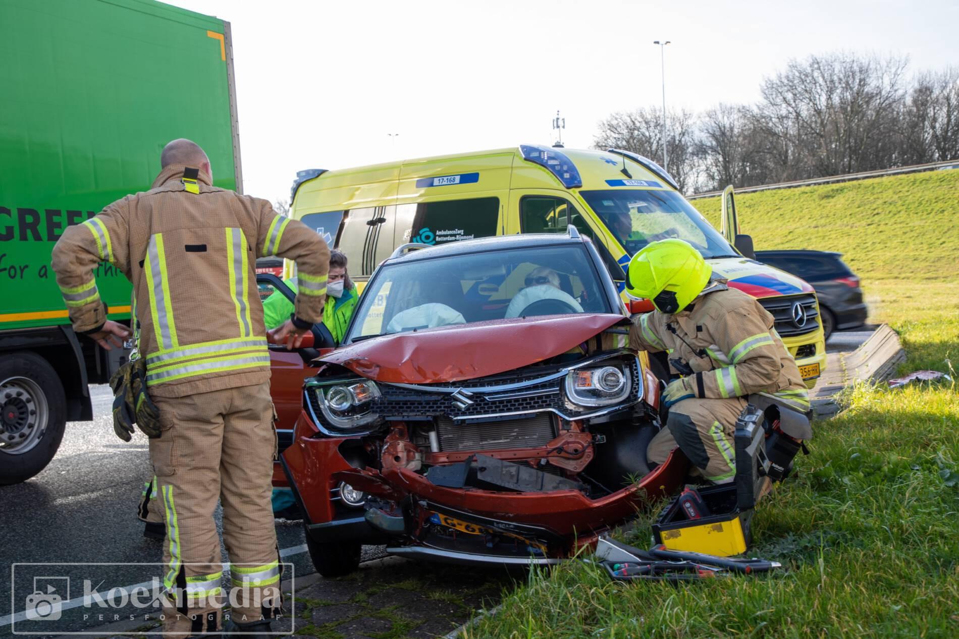 Auto klapt op vrachtwagen afrit 6 A20 Maasdijk