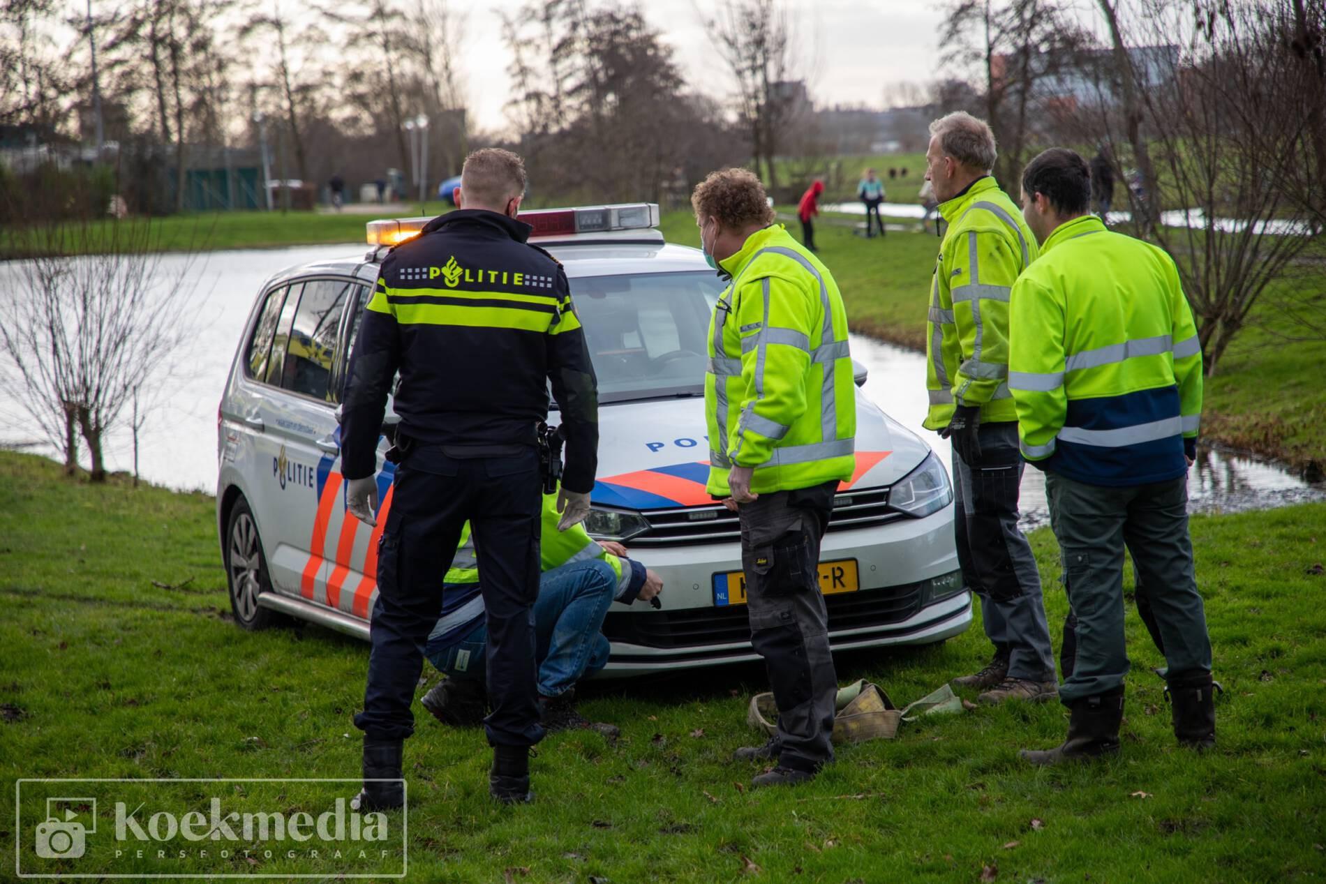 Ambtenaren helpen ambtenaren uit de modder