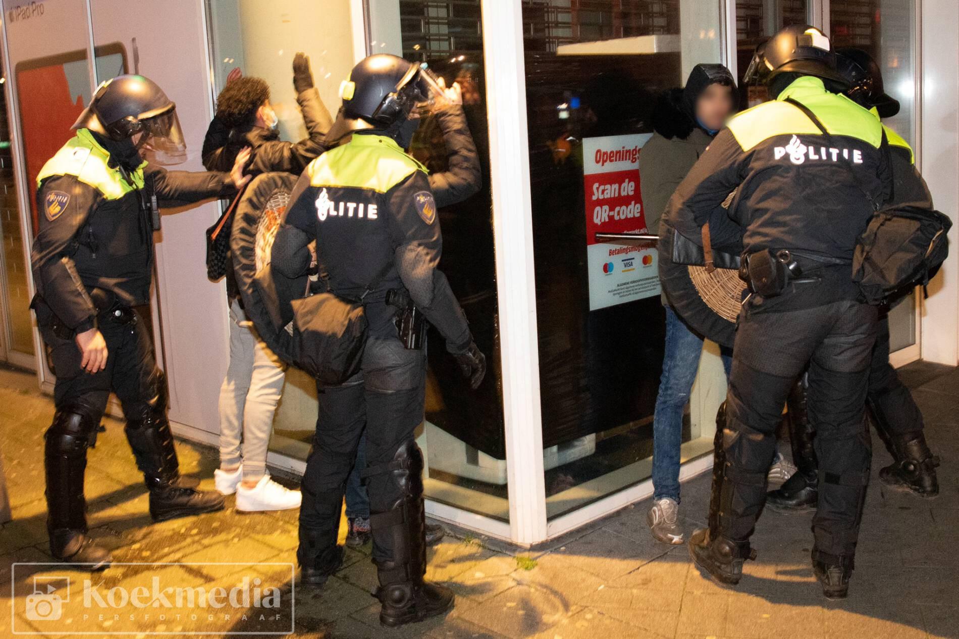 Aanhoudingen en charges door de ME in Rotterdam zuid