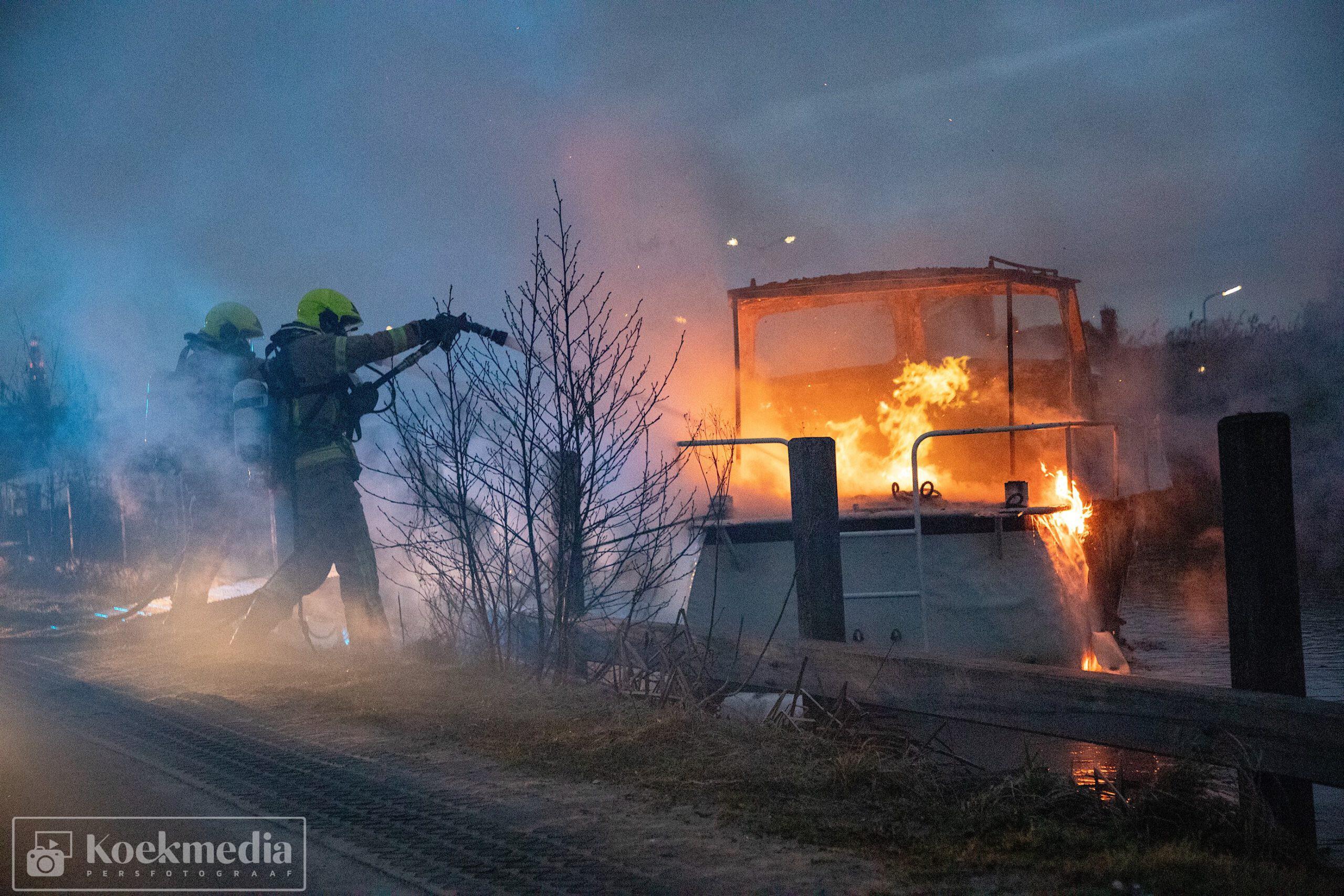 Bootje volledig uitgebrand Zuidvliet Maassluis