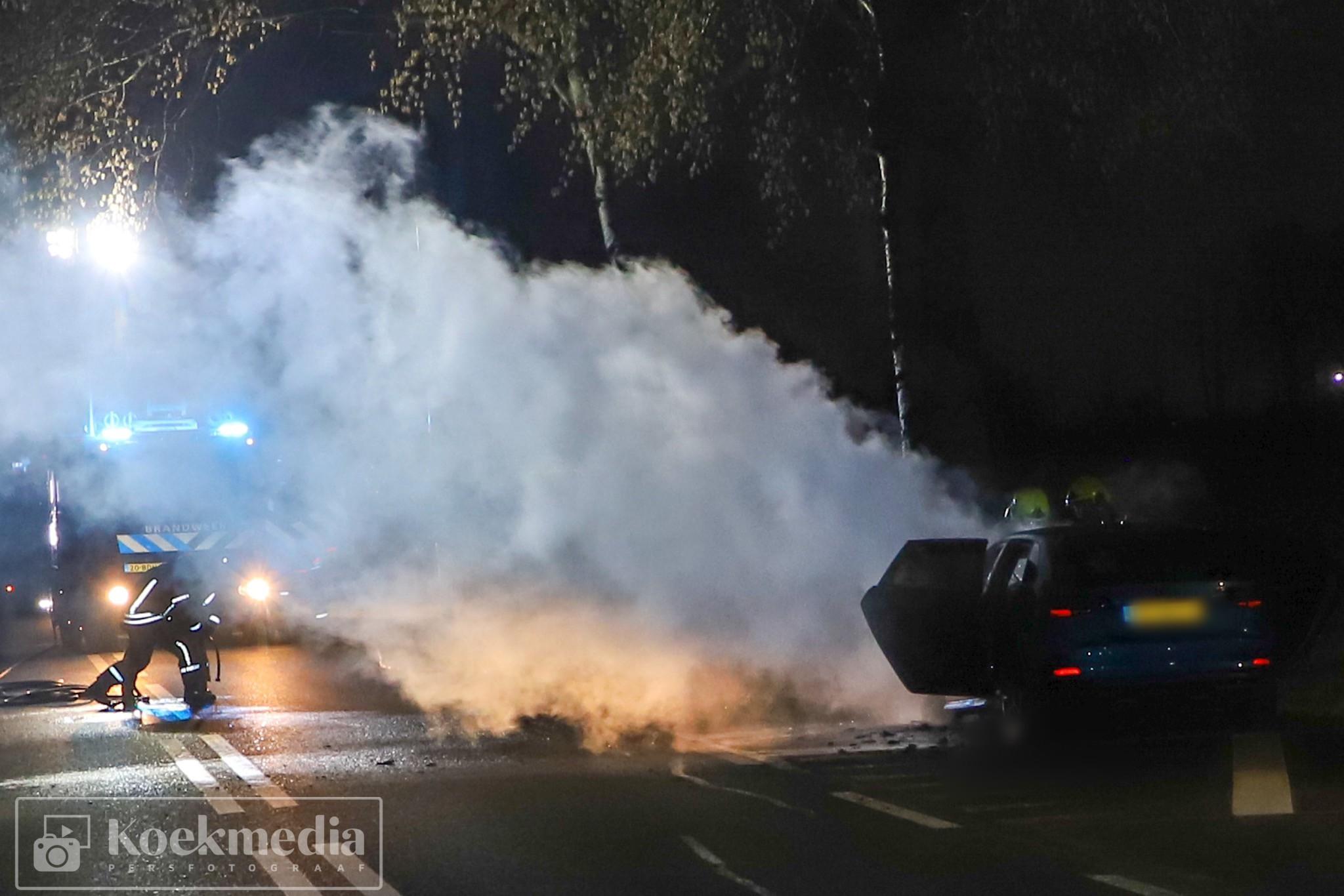 Elektrische auto vliegt in brand op de Maassluisedijk