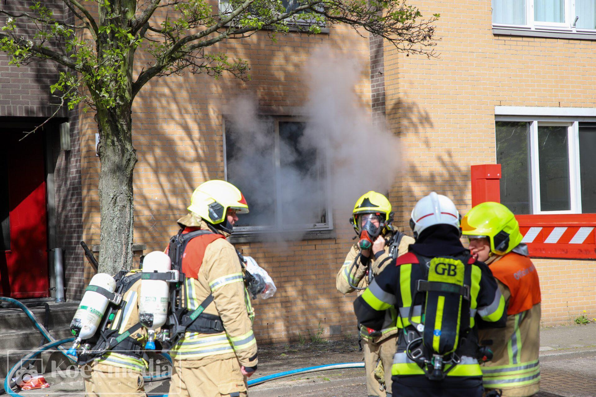 Explosie bij grote brand in portiekwoning