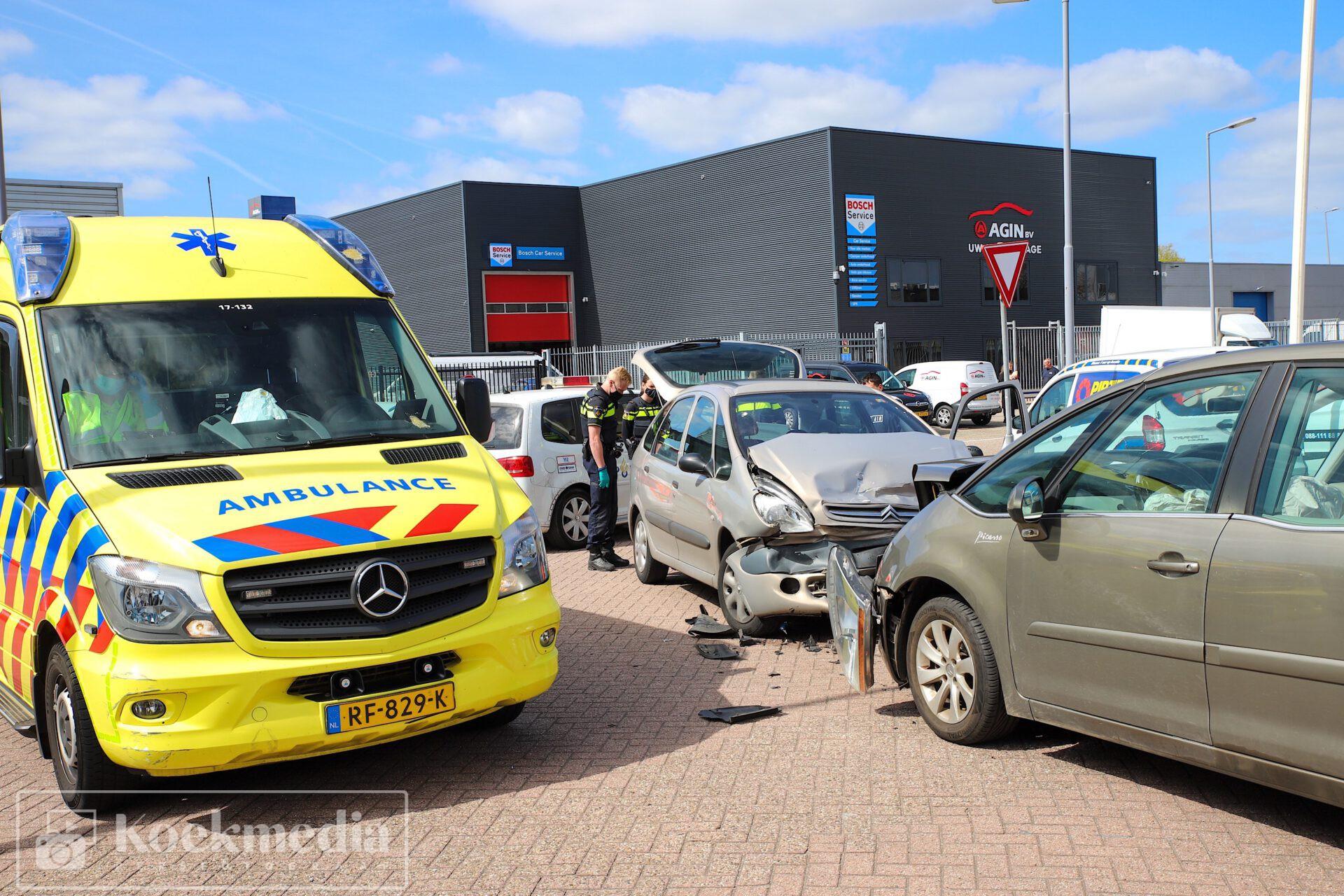 Twee auto's botsen frontaal tegen elkaar