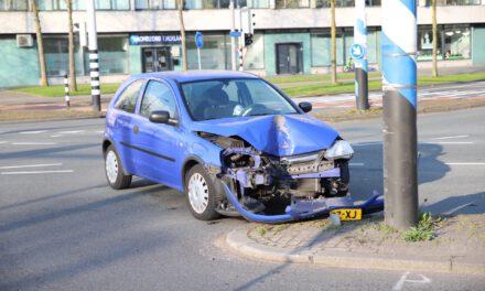 Auto botst tegen verkeerspaal