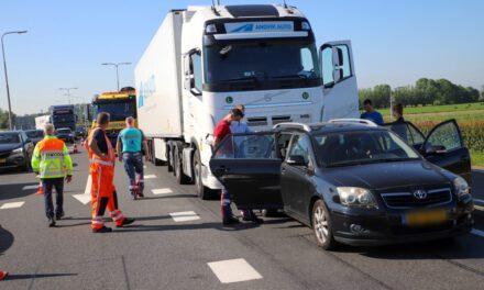 Vrachtwagen tikt auto met peuter aan boord aan