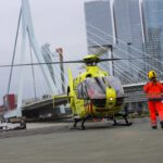 Traumahelikopter assisteert bij persoon te water Erasmusbrug