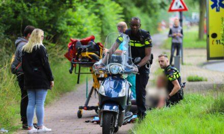 Vrouw met scooter onderuit en raakt gewond