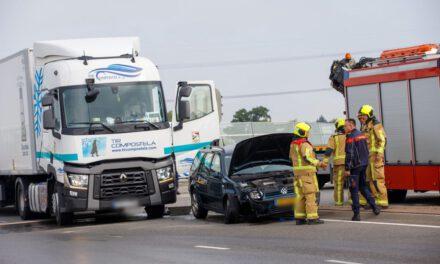 Aanrijding vrachtwagen met personenauto knooppunt Westerlee
