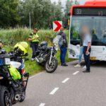 Motorrijder onderuit en botst op lijnbus Molenweg-Maasland