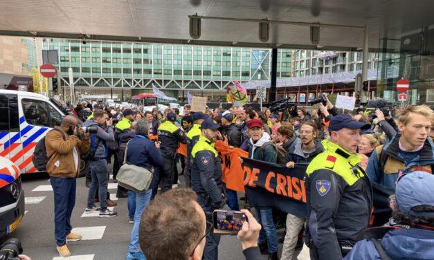 Klimaatactivisten blokkeren kruising bij de Tweede Kamer