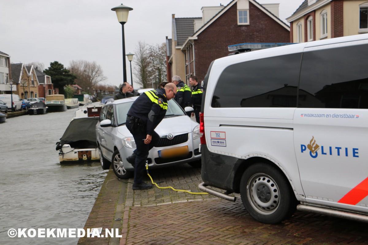 Auto bijna te water in de Noordvliet Maassluis.