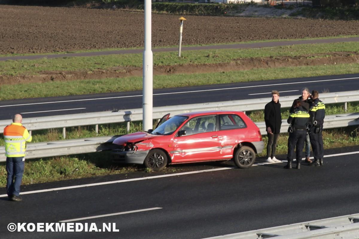 Auto belandt tegen vangrail A20.