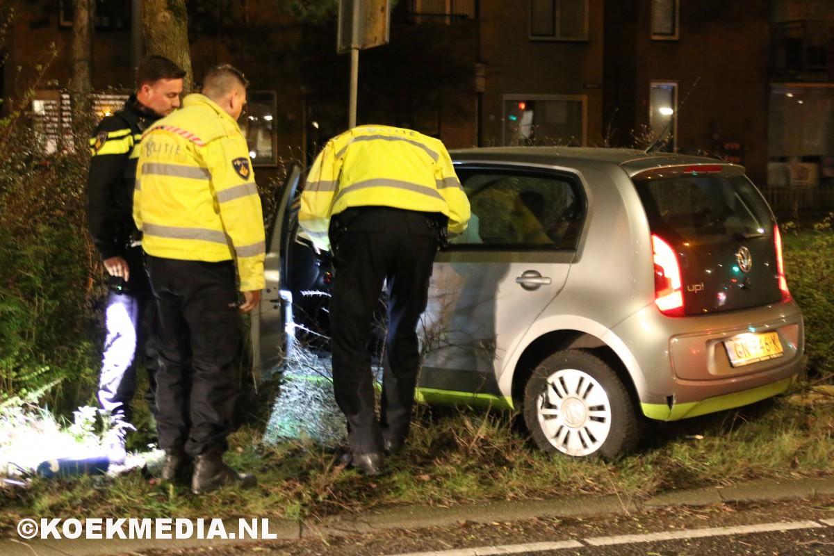 Auto knalt tegen boom, bestuurder onder invloed van drugs.