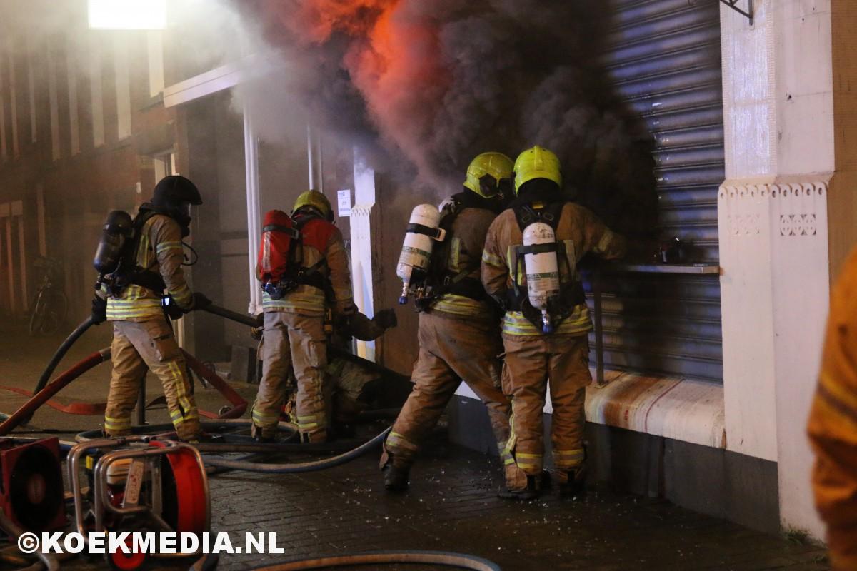 Zeer grote brand in delicatessenwinkel op de Schiedamseweg in Rotterdam-West.